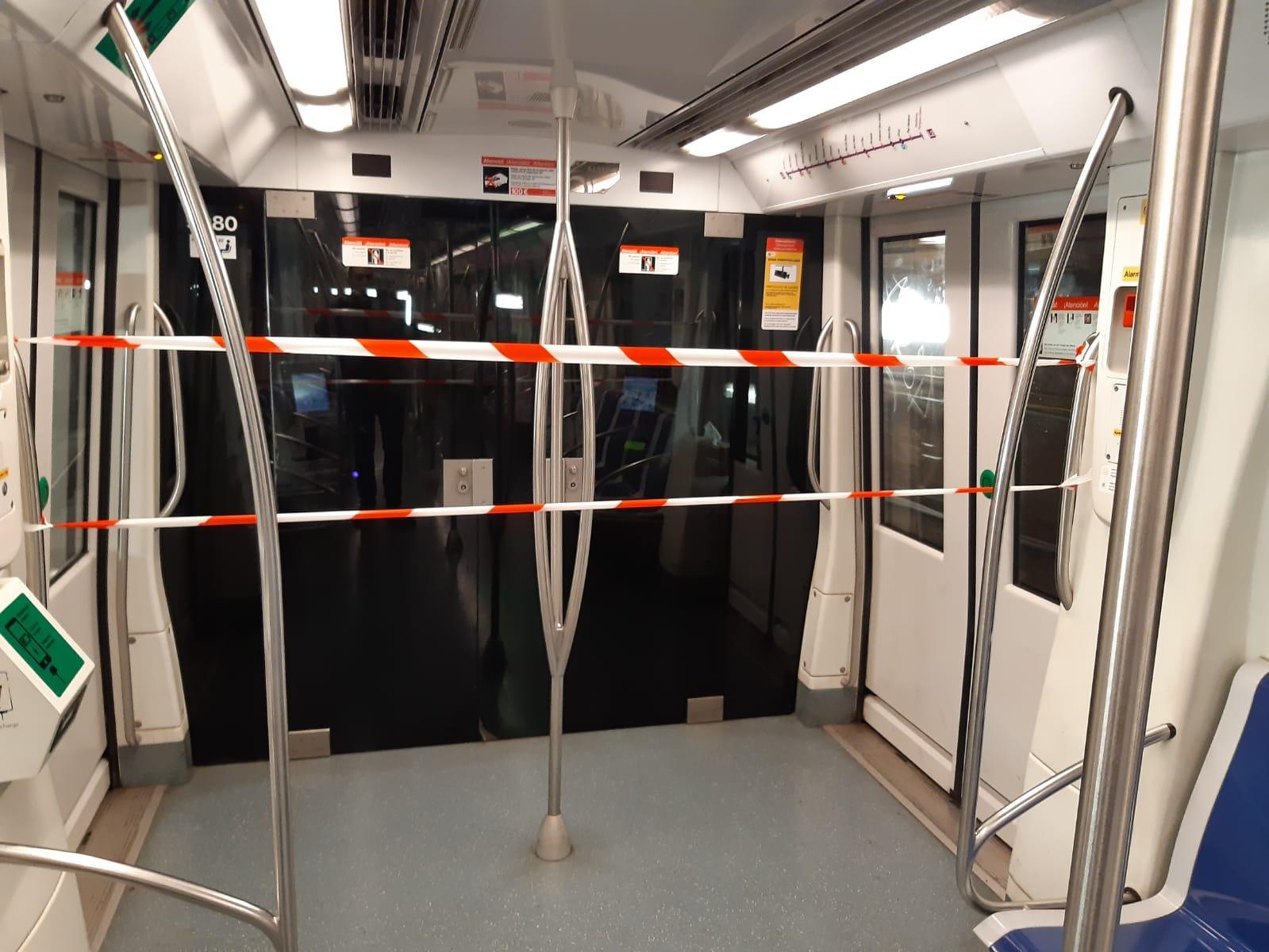 Un cordó separa els viatgers del metro de la cabina del maquinista, en un tren de la L2 / Cedida