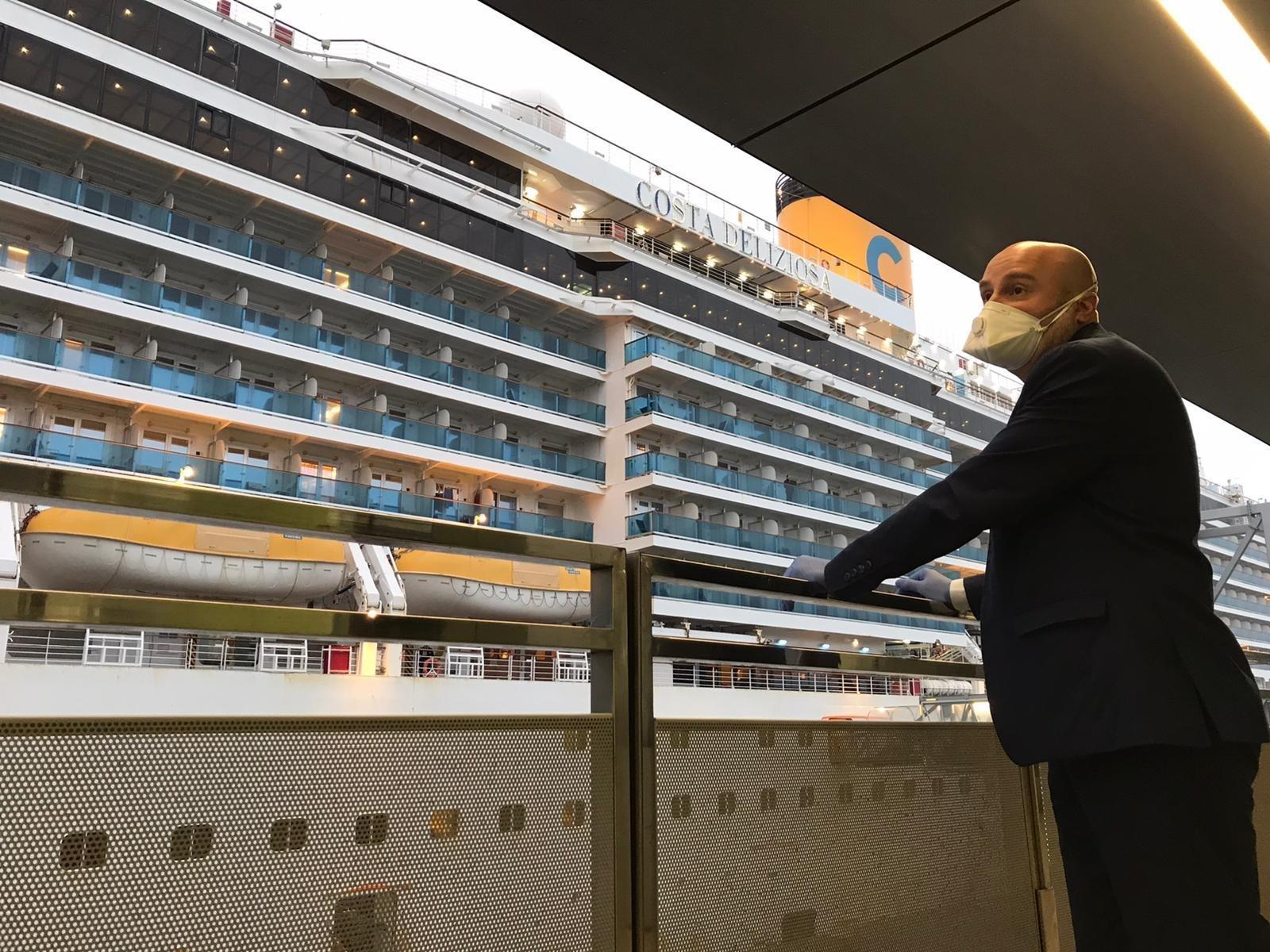 Un passatger amb mascareta del creuer al qual s'ha permès desembarcar a Barcelona malgrat el confinament / Europa Press