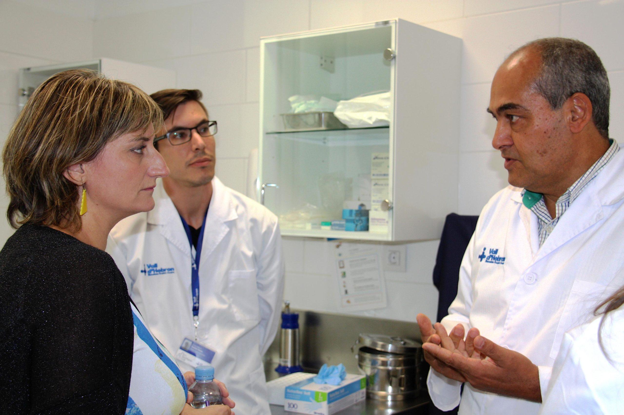 El cap del Servei de Malalties Infeccioses de Vall d'Hebron, Benito Almirante, amb la consellera de Salut, Alba Vergés, en una imatge d'arxiu / ACN
