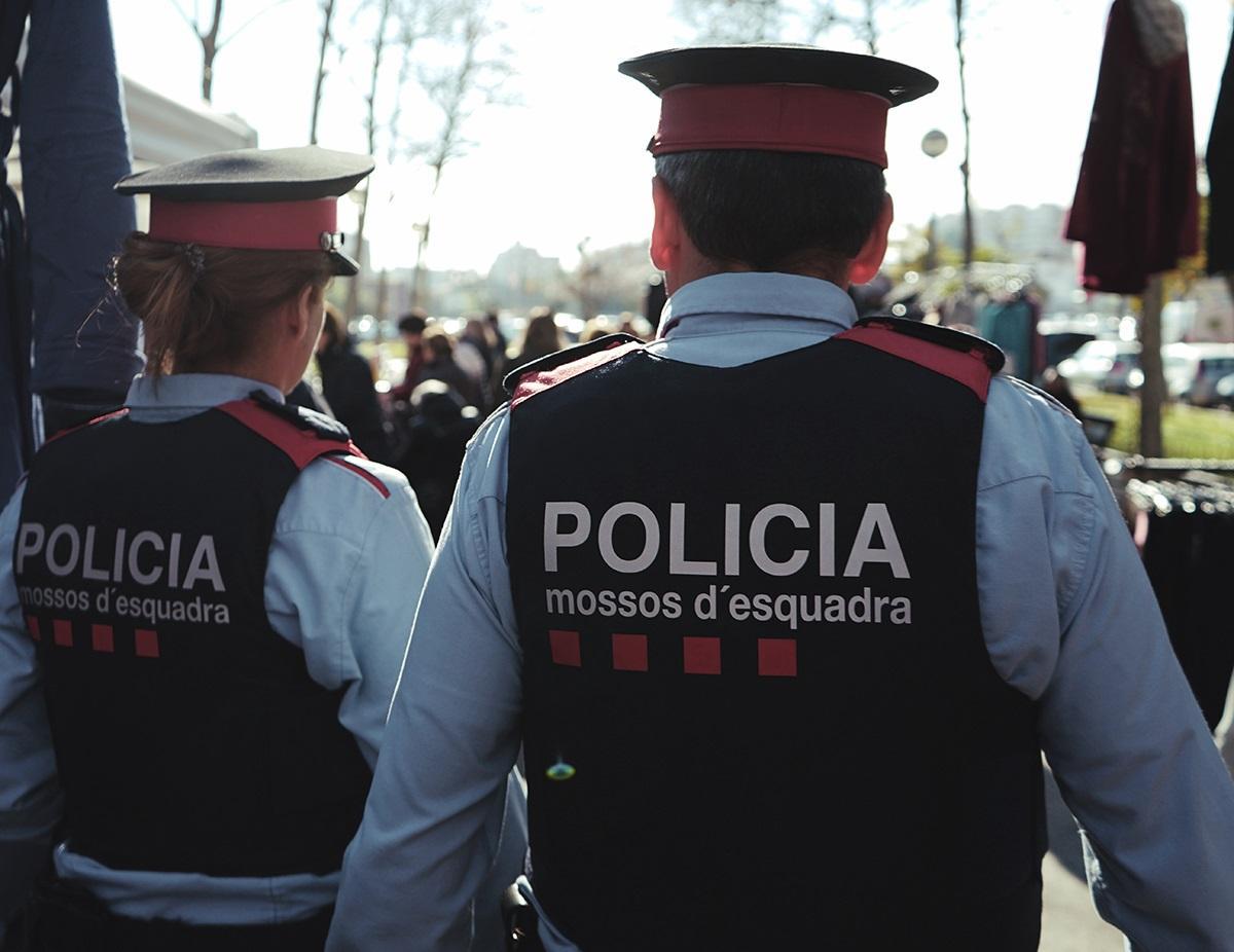 Dos Mossos d'Esquadra patrullen pel carrer a Barcelona, en imatge d'arxiu / CME