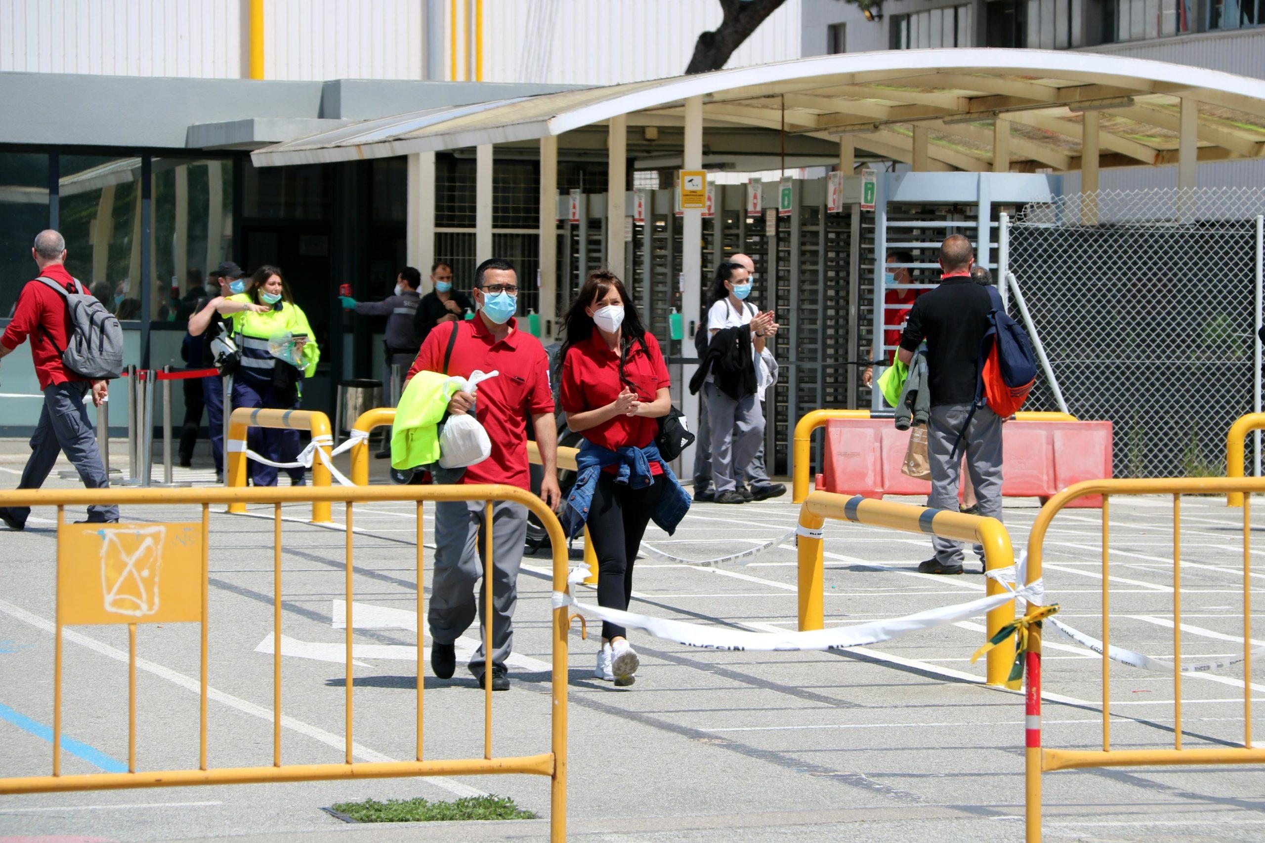 Treballadors de Nissan sortint de la planta de la Zona Franca el 6 de maig / ACN