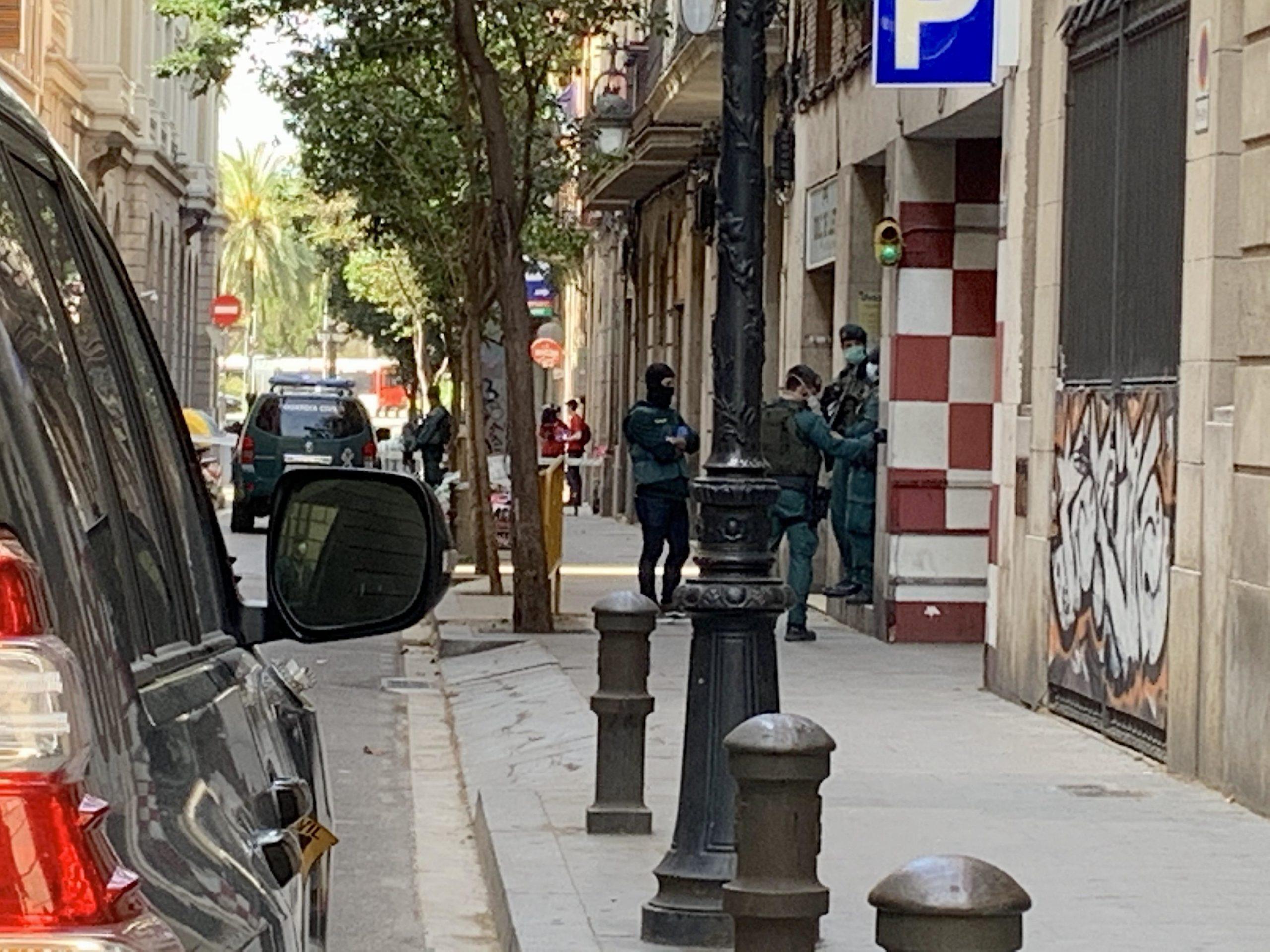 La Guàrdia Civil talla el carrer Anselm Clavé durant l'escorcoll del pis del suposat 'llop solitari' detingut aquest divendres perquè se sospitava que volia cometre atemptats / S.B.