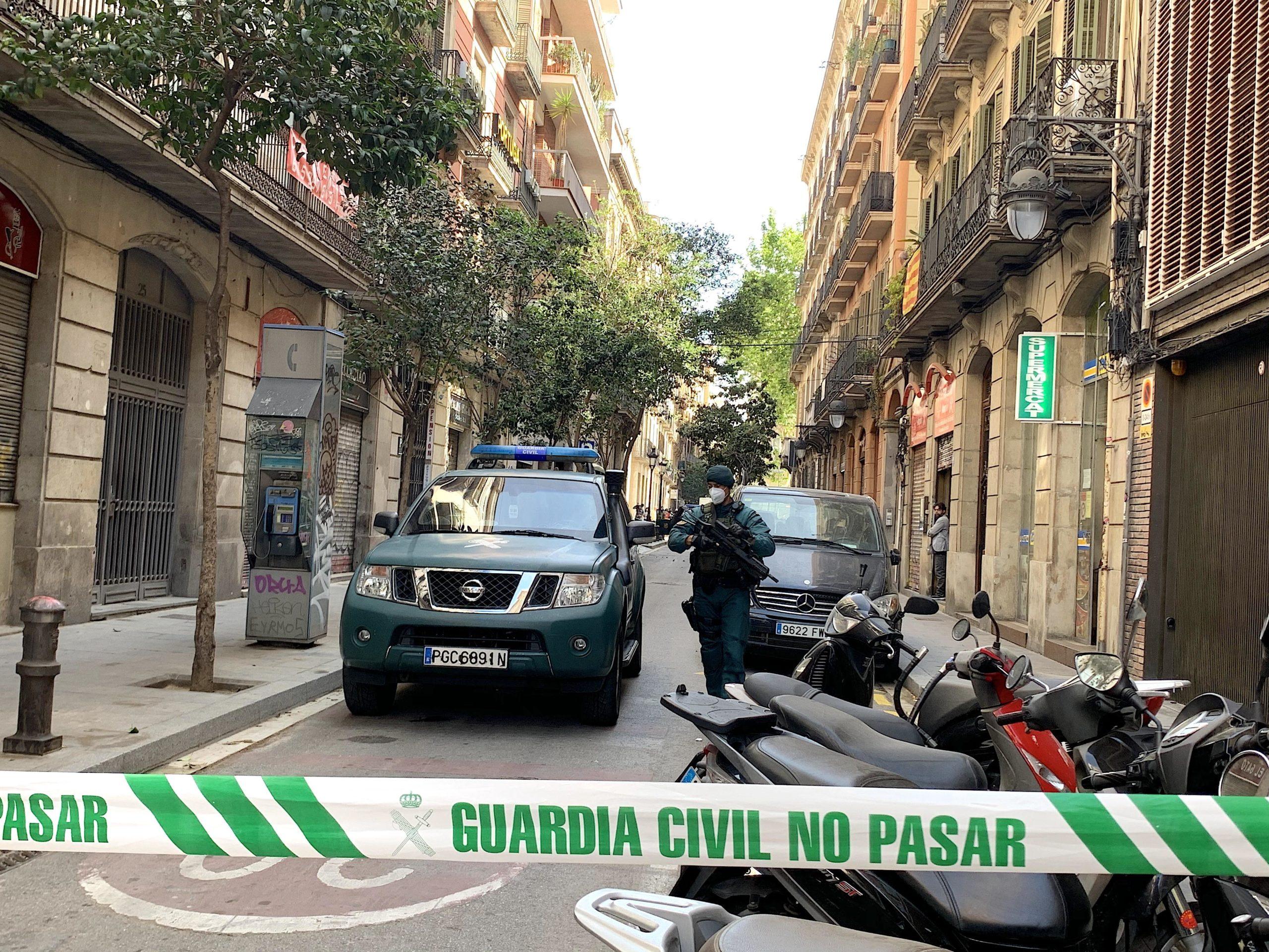 La Guàrdia Civil, acordonant el carrer Anselm Clavé mentre escorcollaven el pis del suposat 'llop solitari' que volia cometre atemptats terroristes en suport de l'Estat Islàmic / S.B.