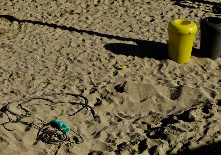 Tubs i altres andròmines afloren enmig de la sorra de les platges del Besòs i Diagonal Mar / MDM