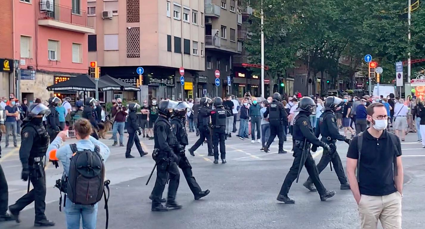 Antiavalots dels Mossos esbandint els manifestants de la Meridiana / S.B.
