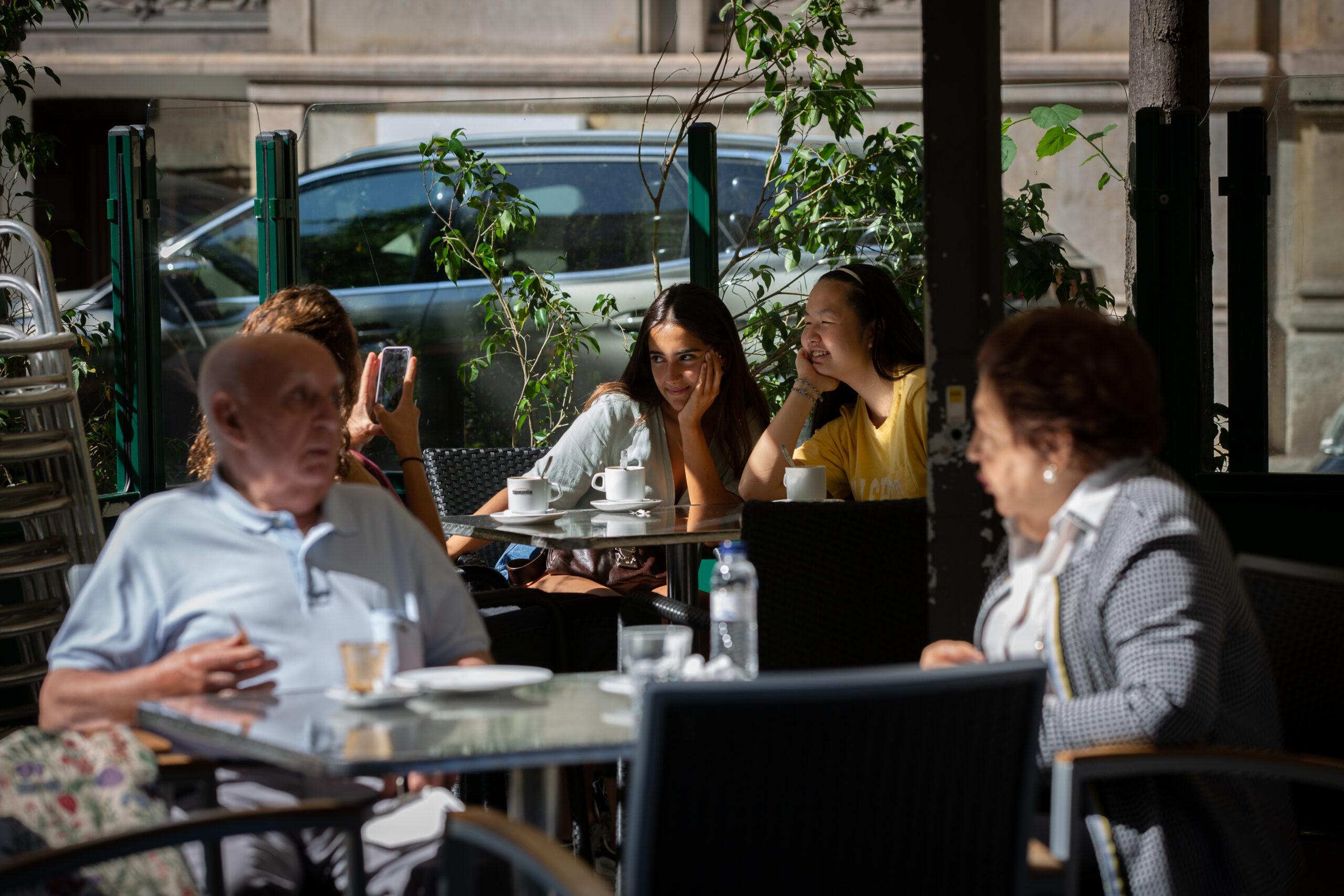 Dues persones prenen alguna cosa en una terrassa a Barcelona / Europa Press