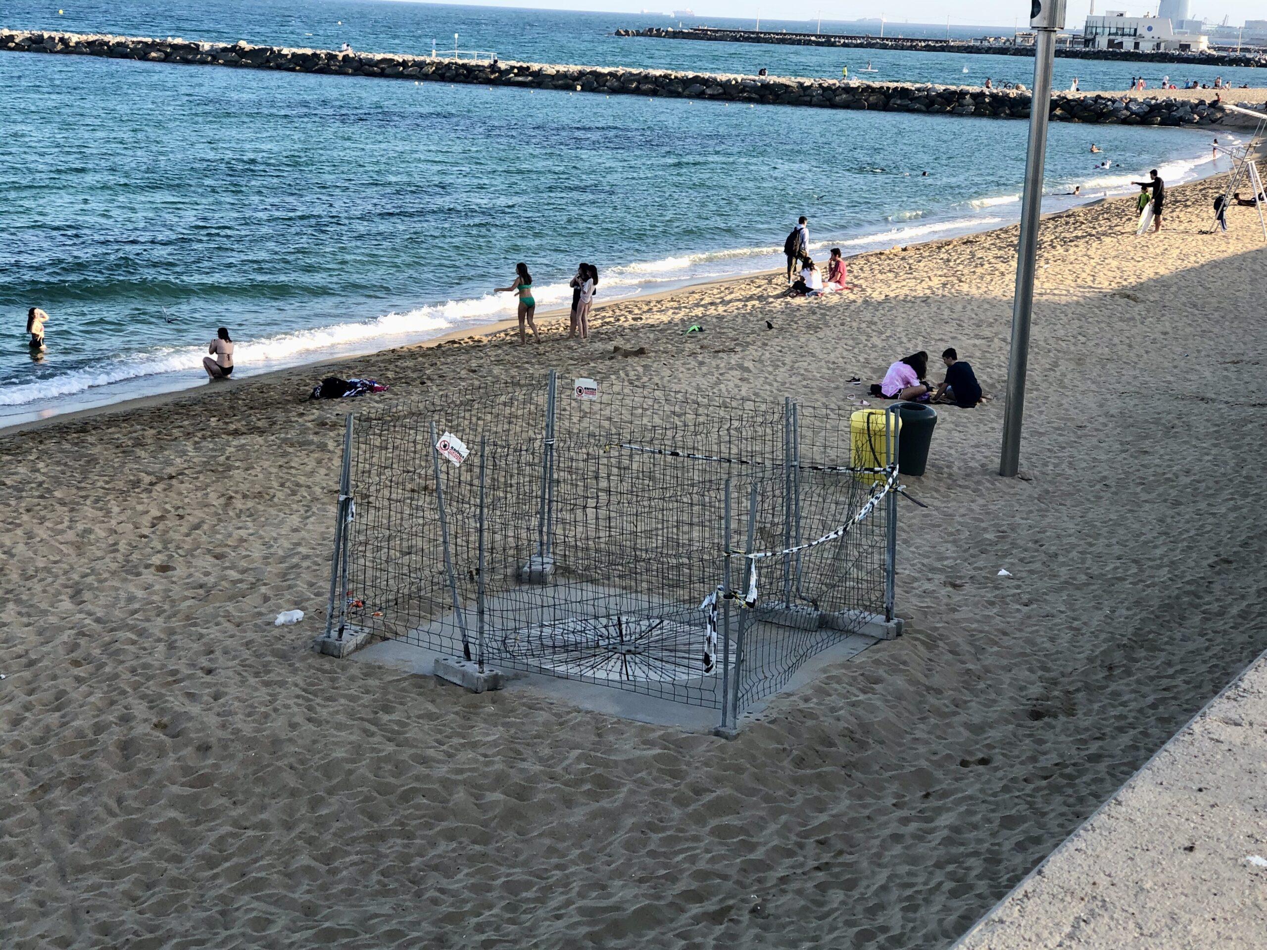 Espai tancat a la platja de Llevant, sense les dutxes pertinents / MDM