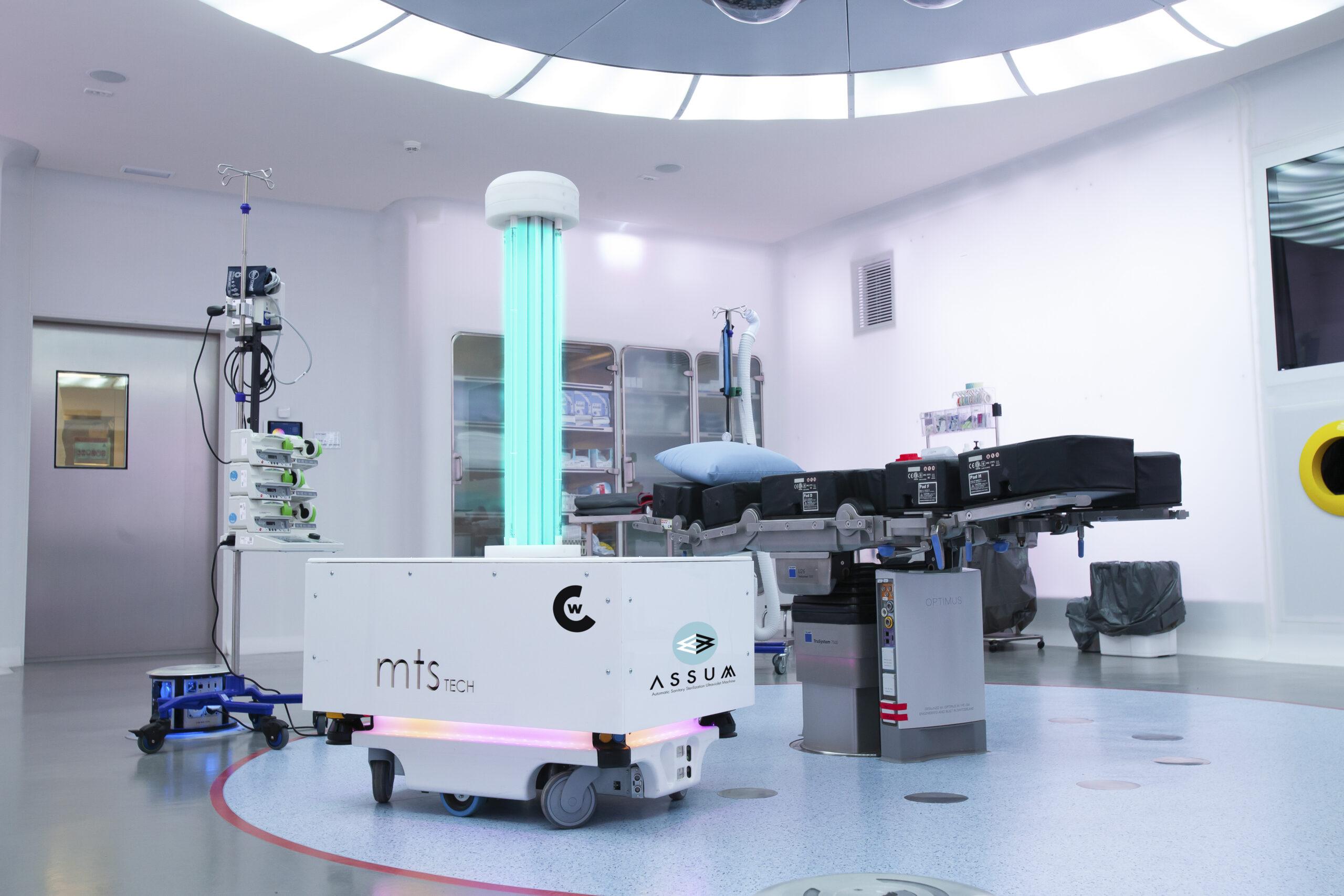 El robot Assum desinfectant una sala de l'Hospital Clínic / Joan Lesan / Hospital Clínic
