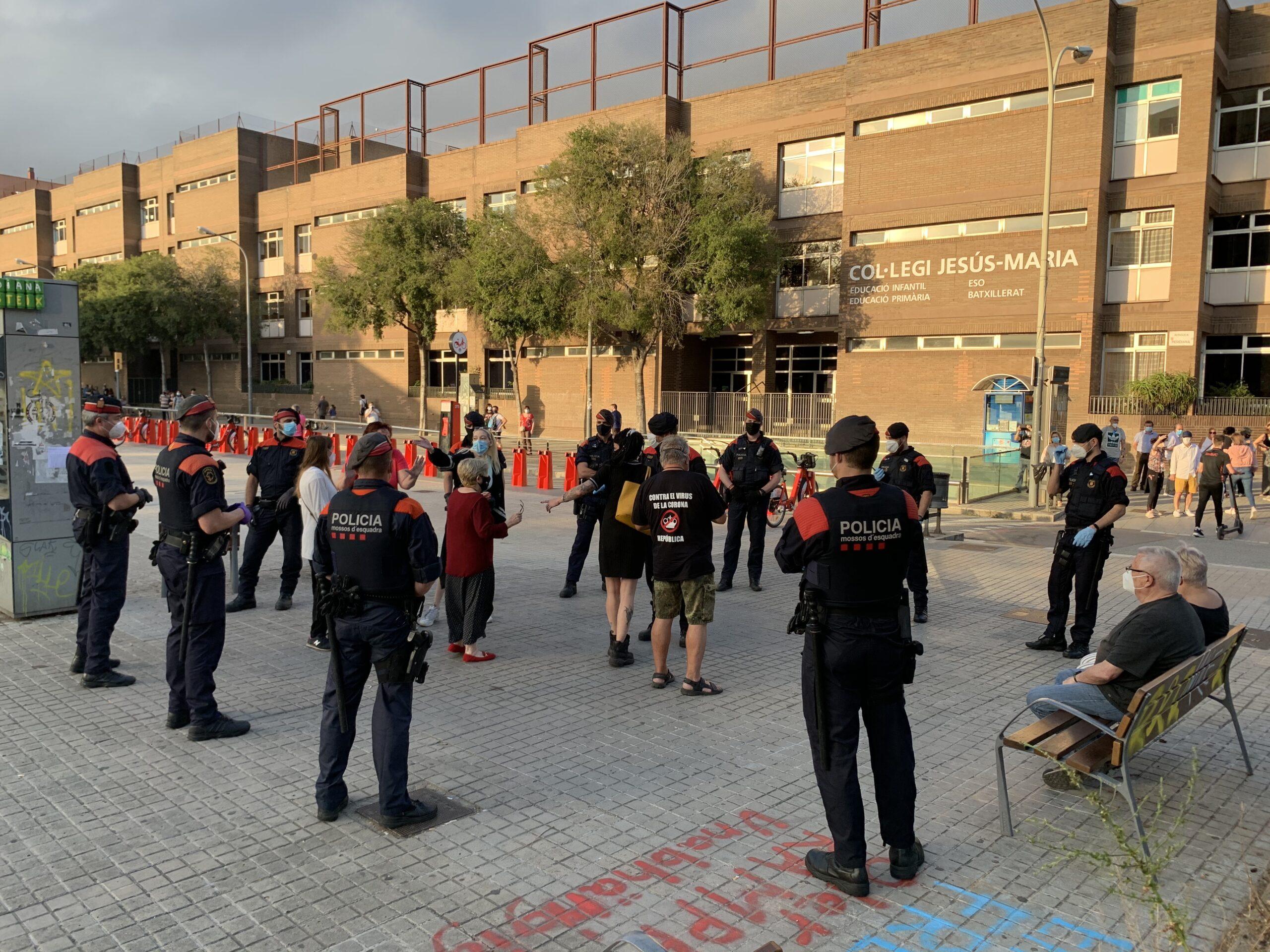 Agents antiavalots de l'ARRO de Barcelona, encapsulant manifestants a la Meridiana / S.B.