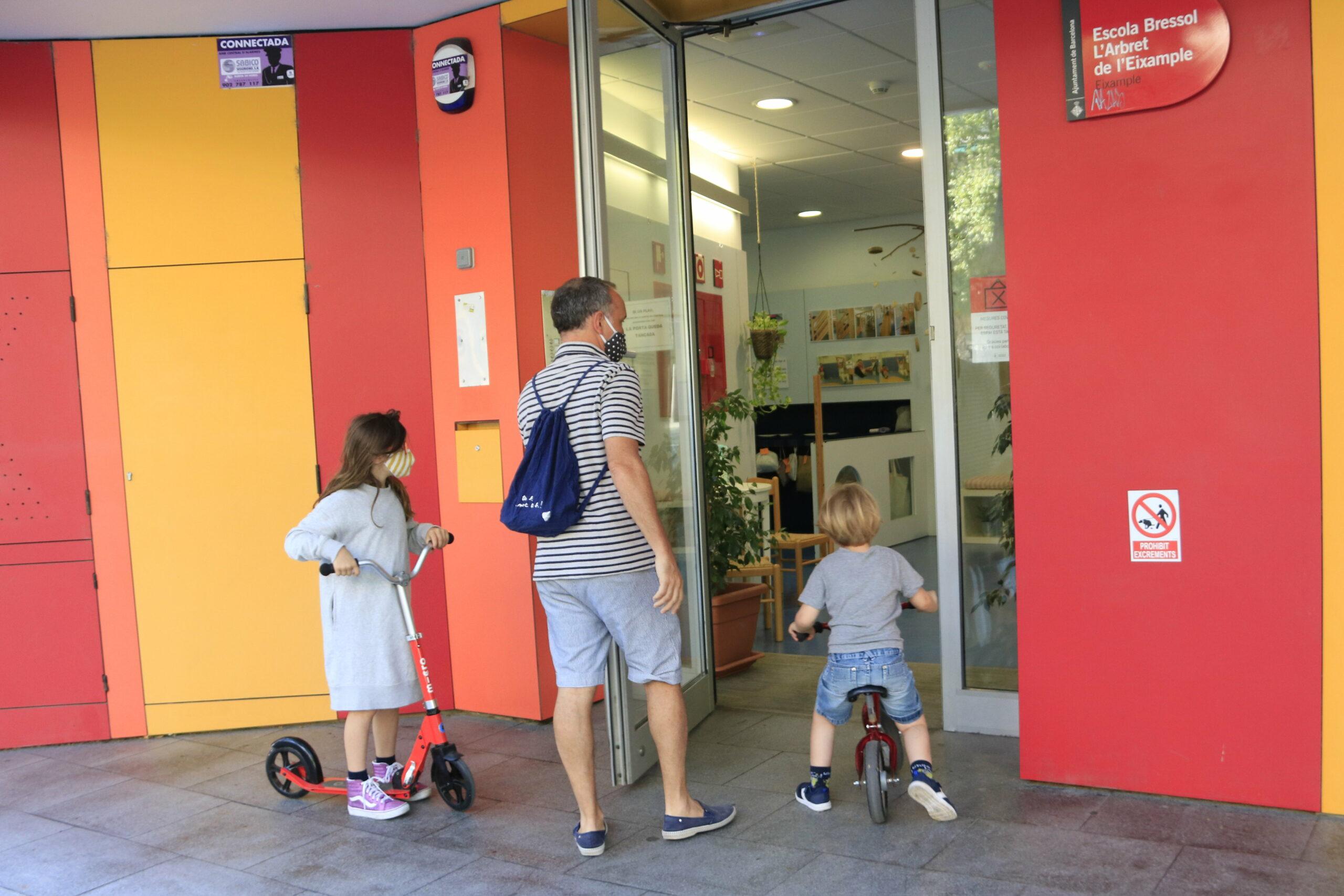 Infants acompanyats arriben a l'escola bressol L'Arbret de l'Eixample, a Barcelona, el primer dia de reobertura de les llars municipals | ACN