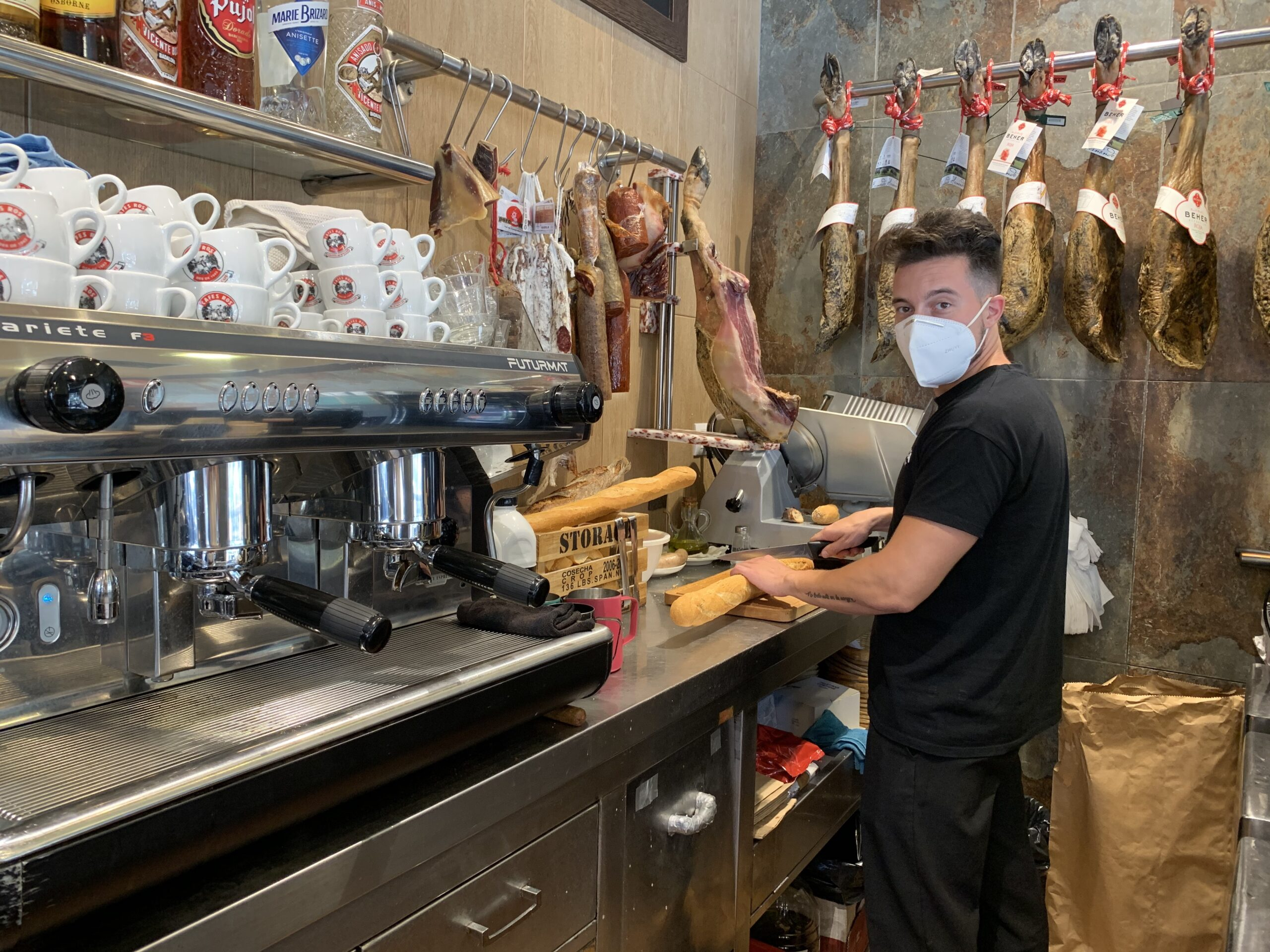 El Javi treballa al restaurant Silván, un negoci familiar que va inaugurar-se fa 30 anys / Mar Martínez