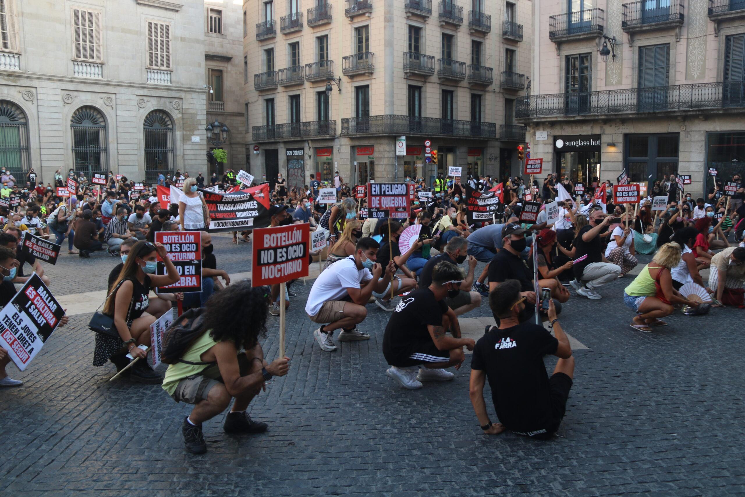 La protesta del sector de l'oci nocturn a la plaça Sant Jaume contra el tancament pels rebrots / ACN