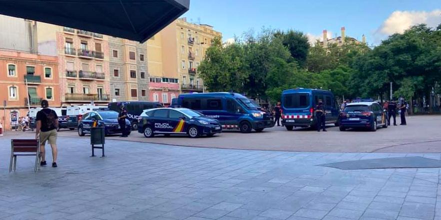 Desplegament dels Mossos d'Esquadra i la Policia Nacional a la plaça del Poeta Boscà / Barceloneta diu prou