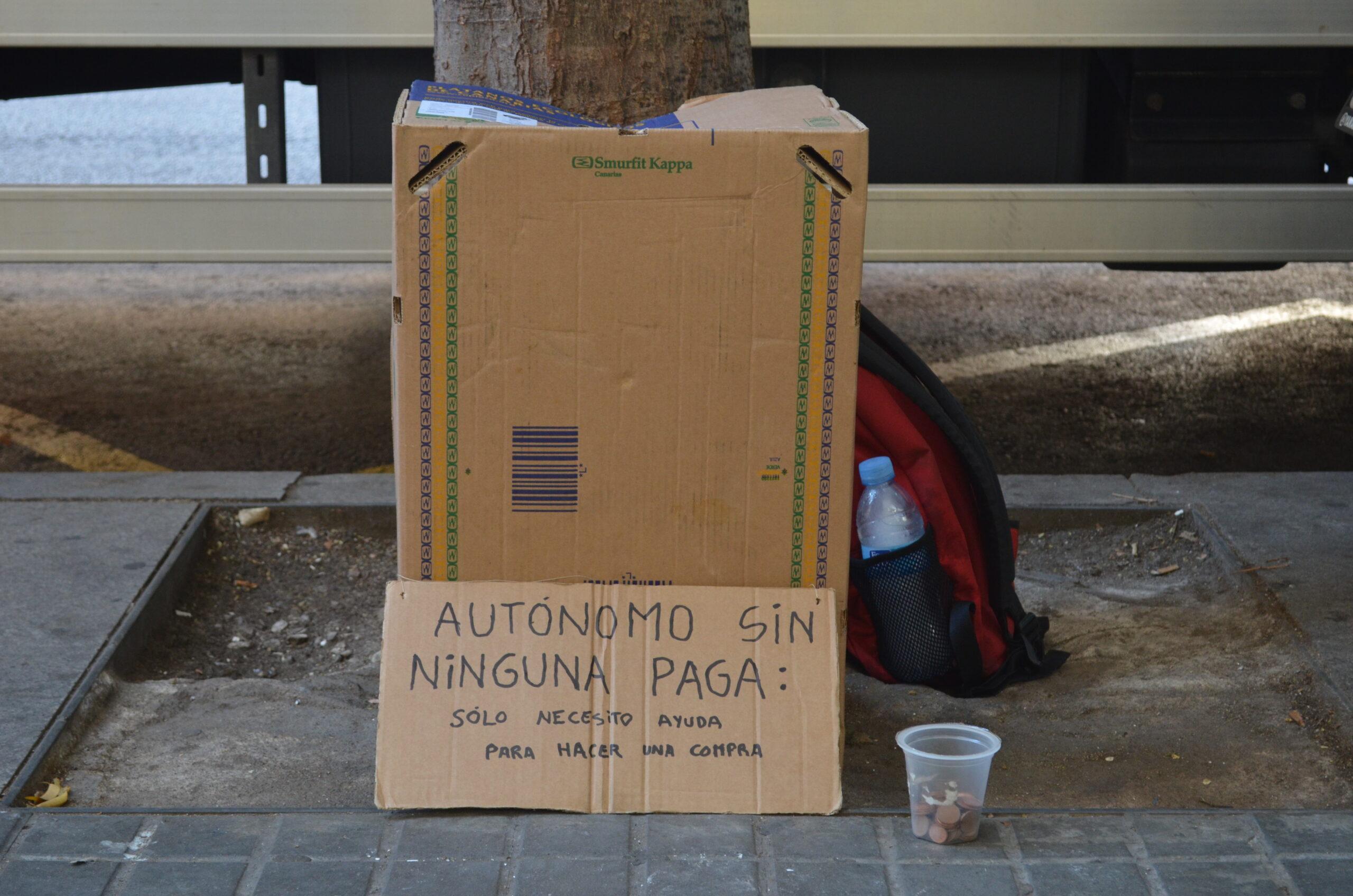 El cartell amb què demana almoina / Adrià Lizanda