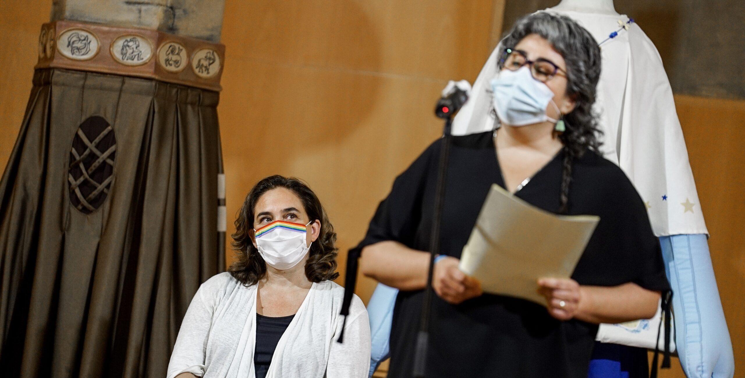 La pregonera Xènia Sist amb Ada Colau darrere seu, a l'acte de la Festa Major de Gràcia / Ajuntament