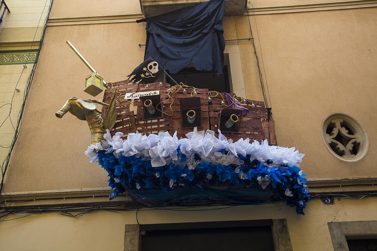 Un balcó decorat com a vaixell pirata s'emporta el concurs de guarnits de Gràcia / @festagracia