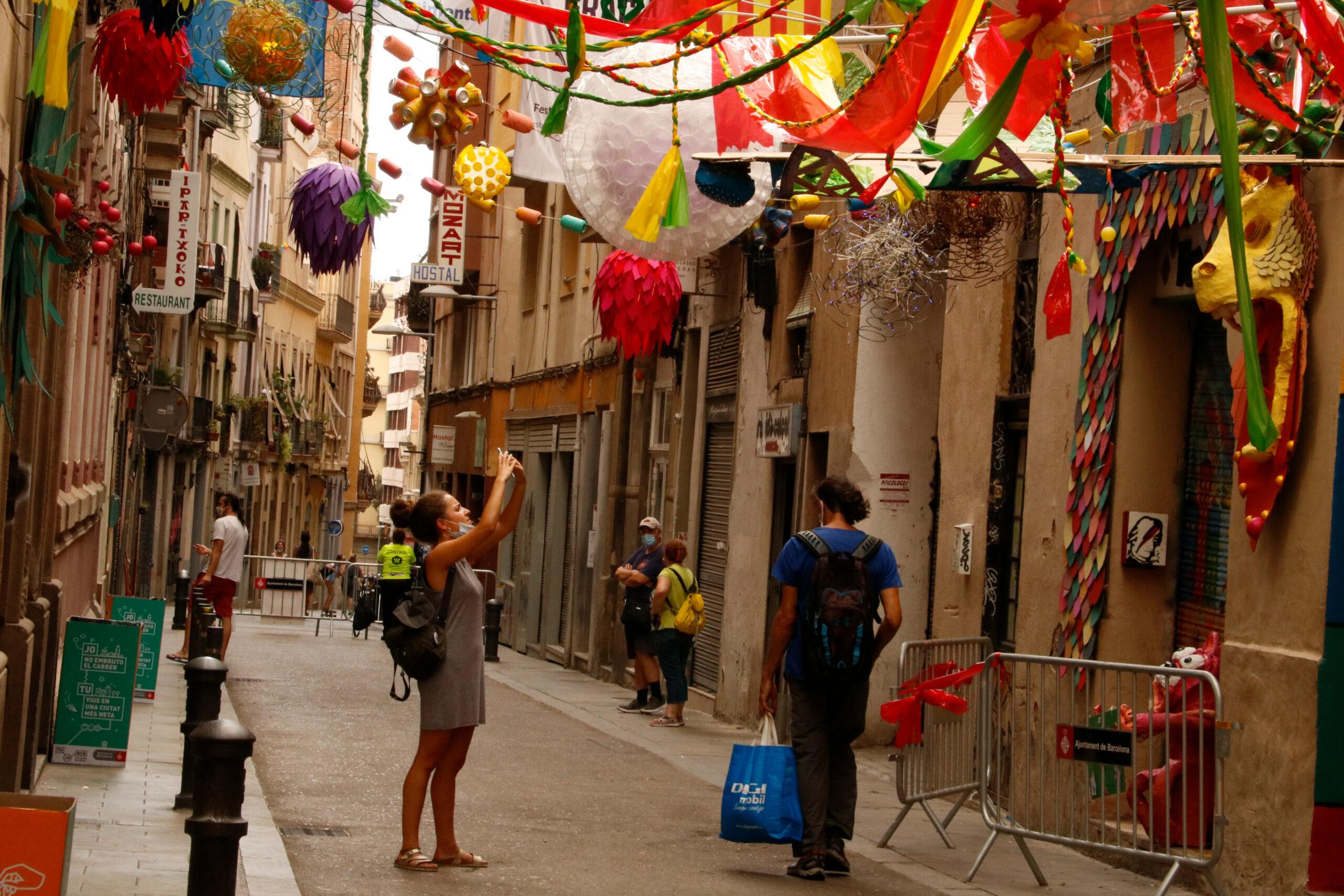 El carrer de Mozart ha estat un dels que ha col·locat guarnits / ACN