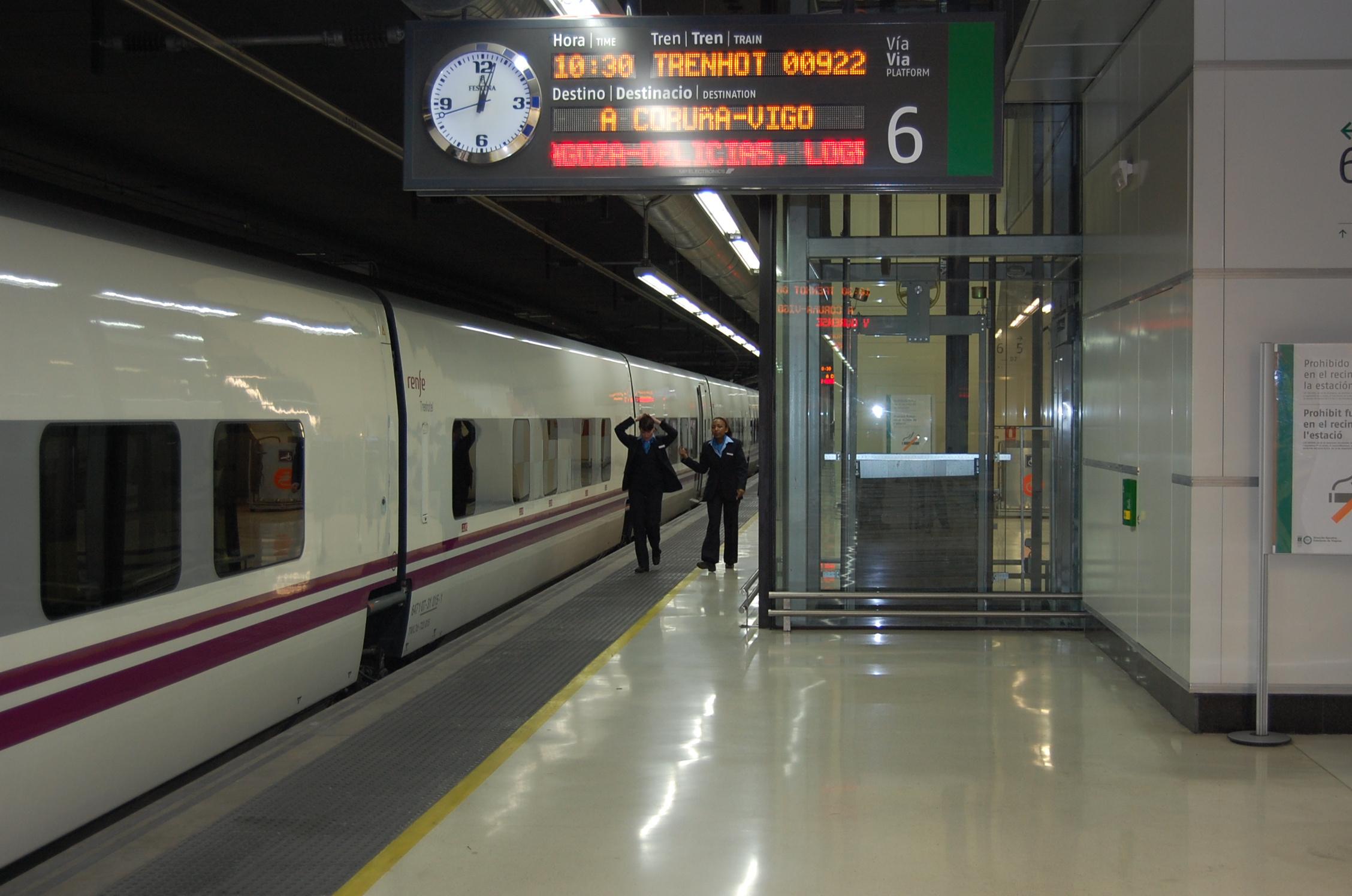 L'andana de Sants amb un tren nocturn, en imatge d'arxiu / Renfe