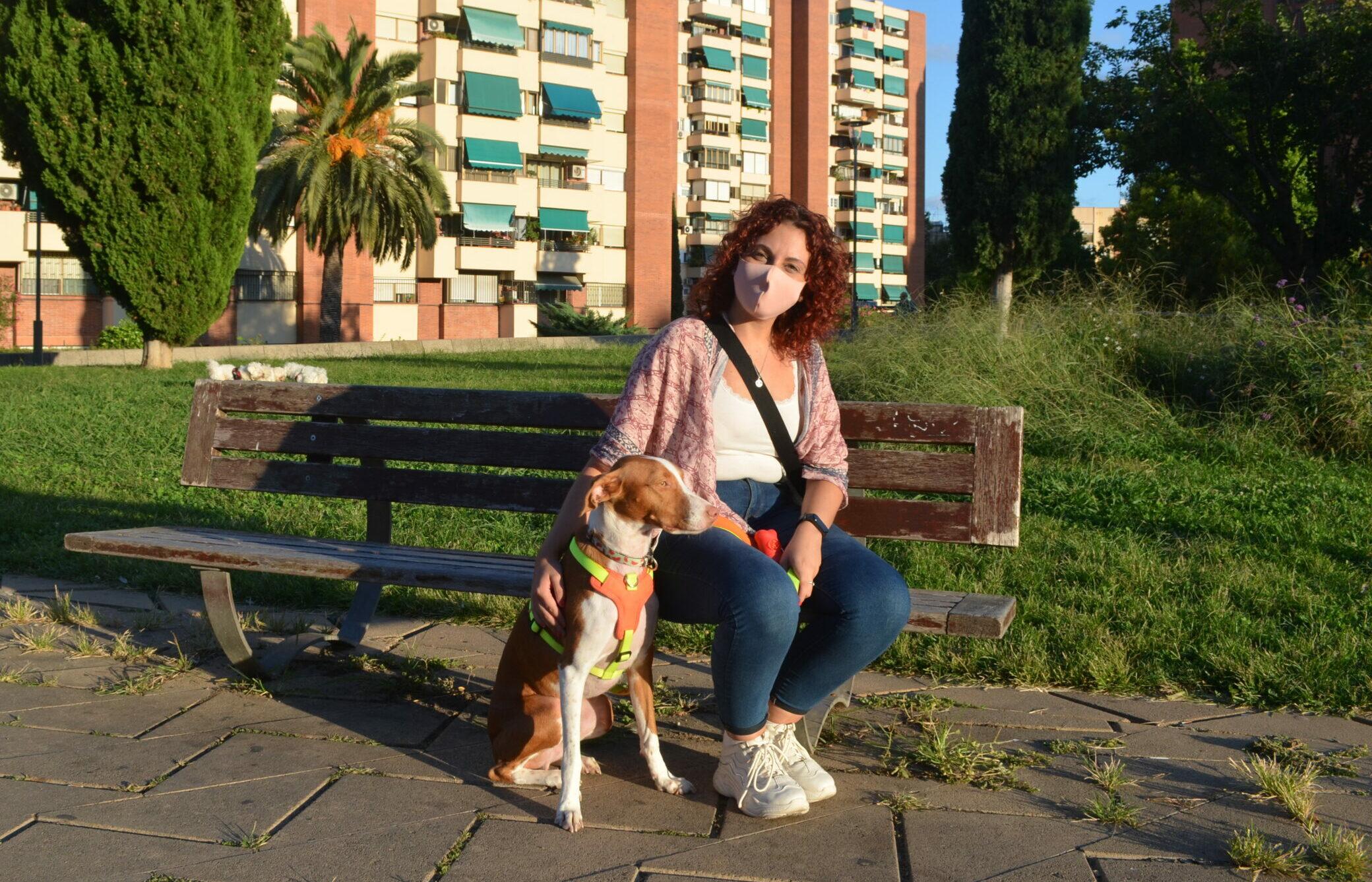Tamara Sandía amb el seu gos, Drac / Adrià Lizanda