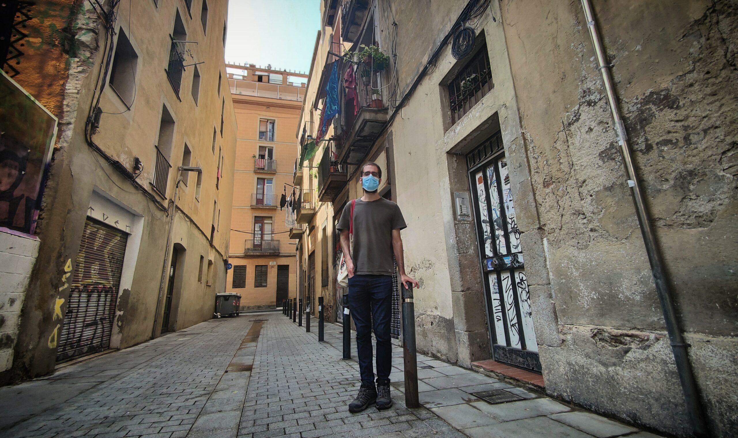 El Miquel a la porta del bloc del Raval que ha aconseguit negociar amb un gran fons / D.C.