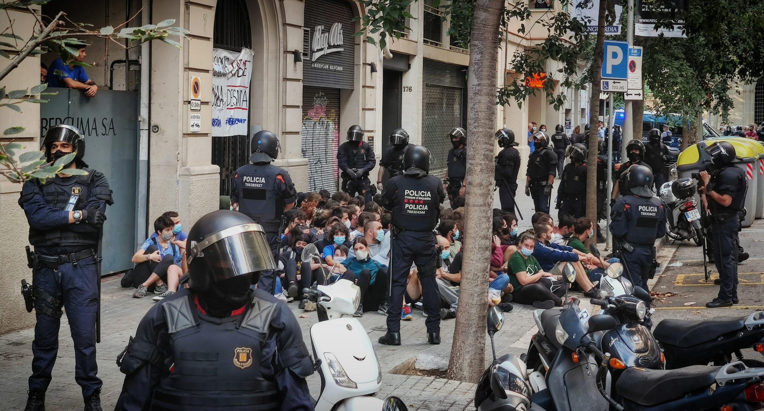 Antiavalots dels Mossos desallotgen els activistes que volen aturar un desnonament a l'Eixample / D.C.