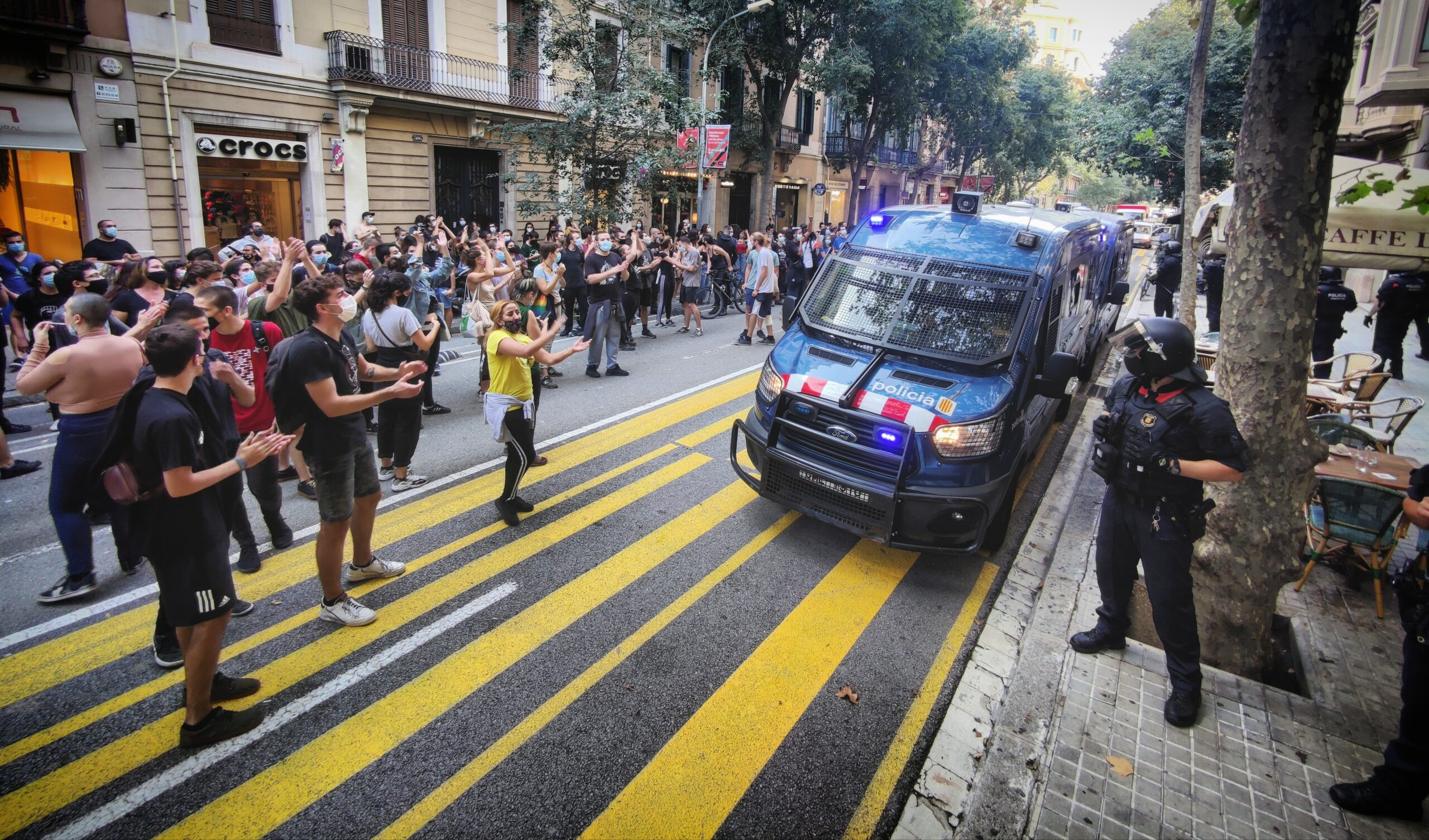 Antiavalots dels Mossos separen els manifestants de les oficines d'un gran tenidor / D.C.