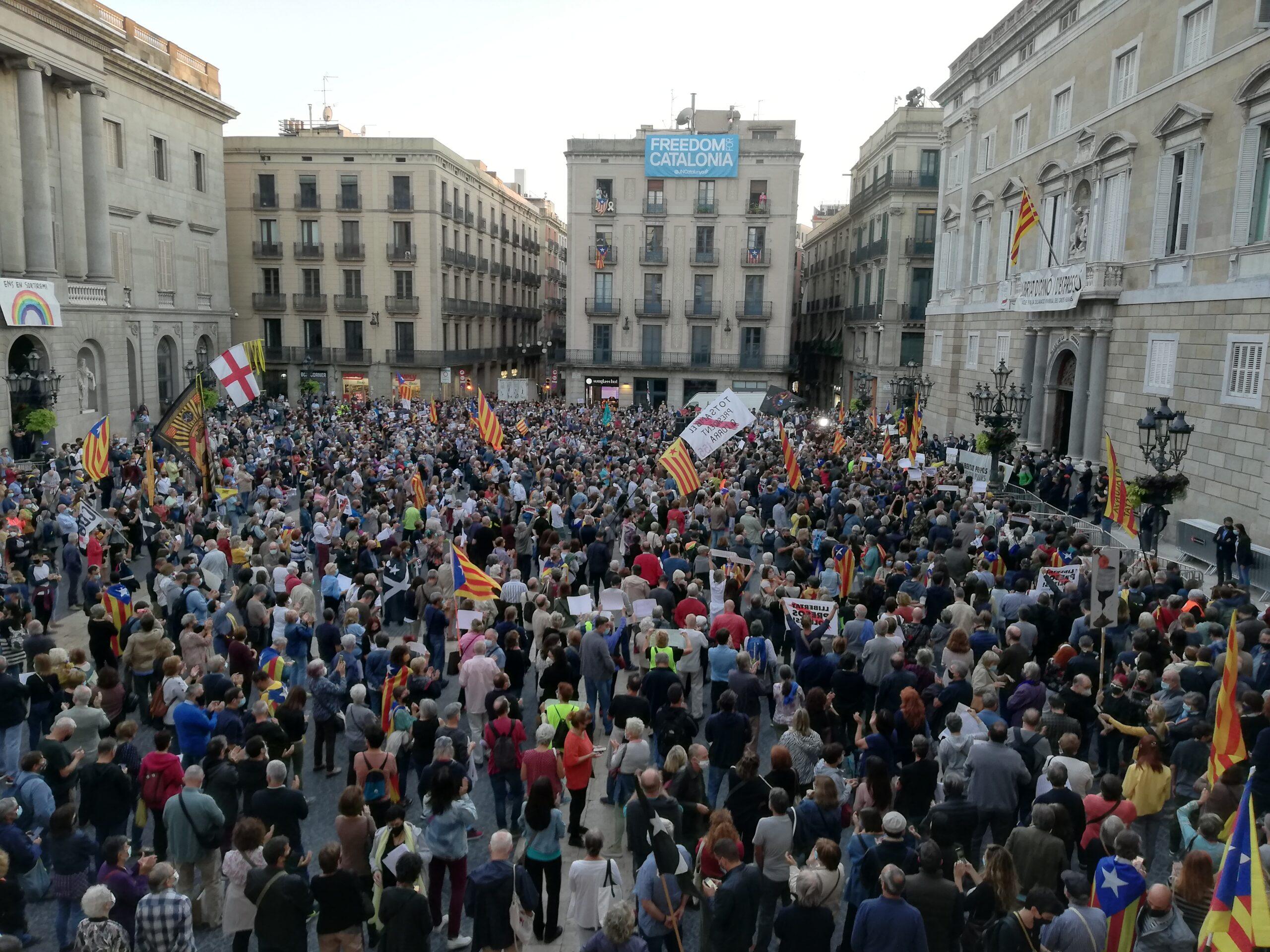 La plaça Sant Jaume, plena a vessar per acomiadar Quim Torra / Adrià Lizanda