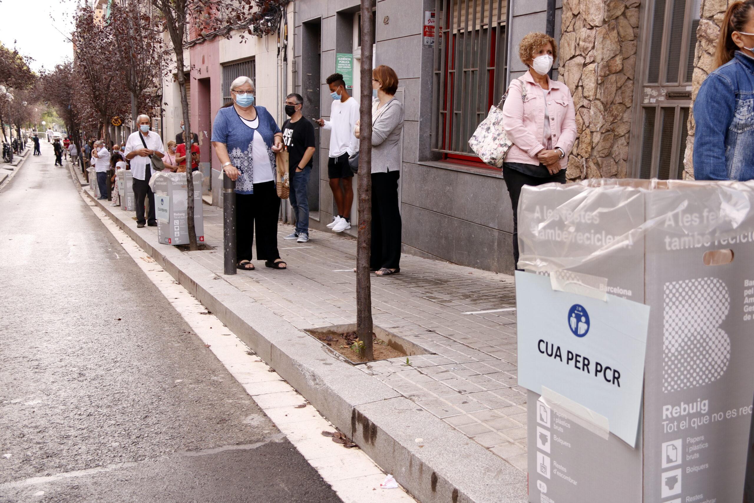 Cua de gent esperant per fer-se una prova de detecció de la Covid / ACN