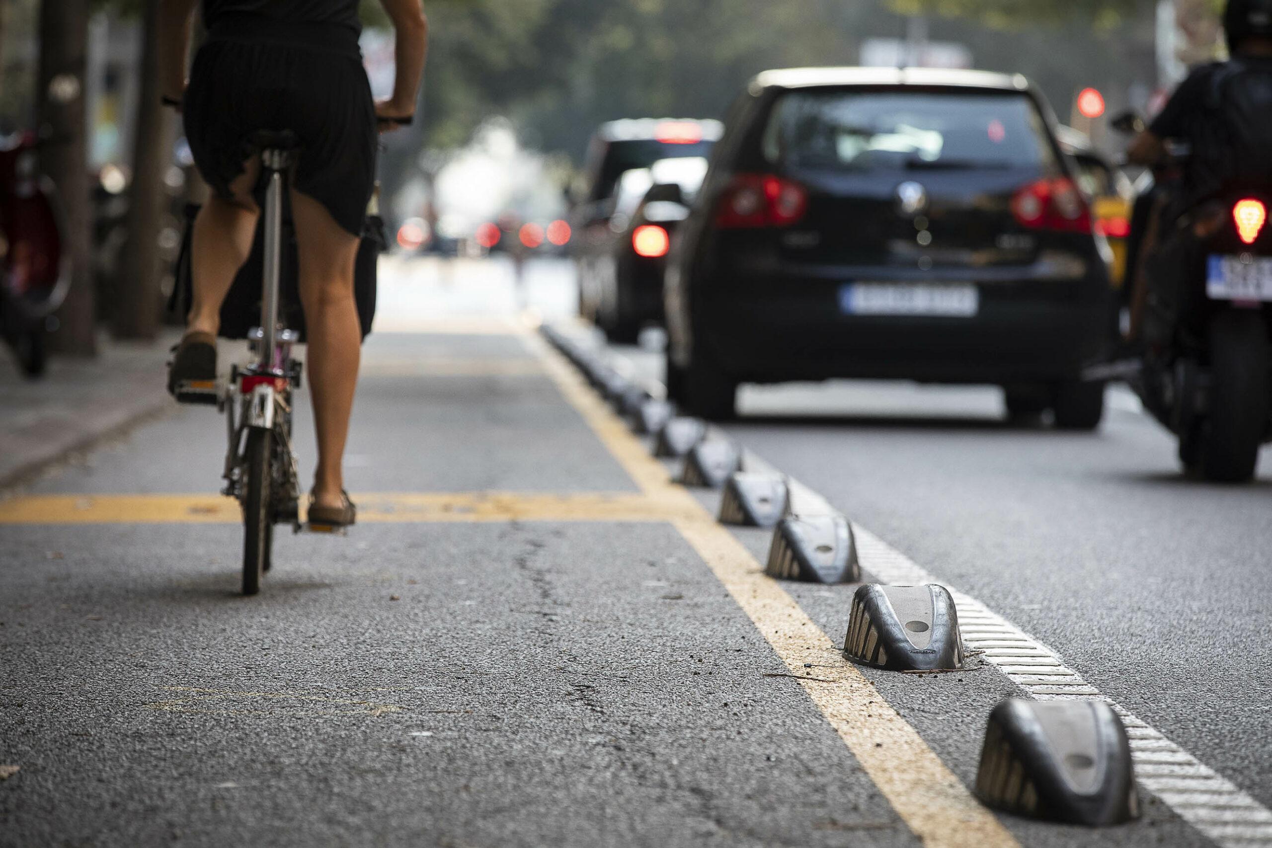 Una bici circula per Barcelona / Jordi Play