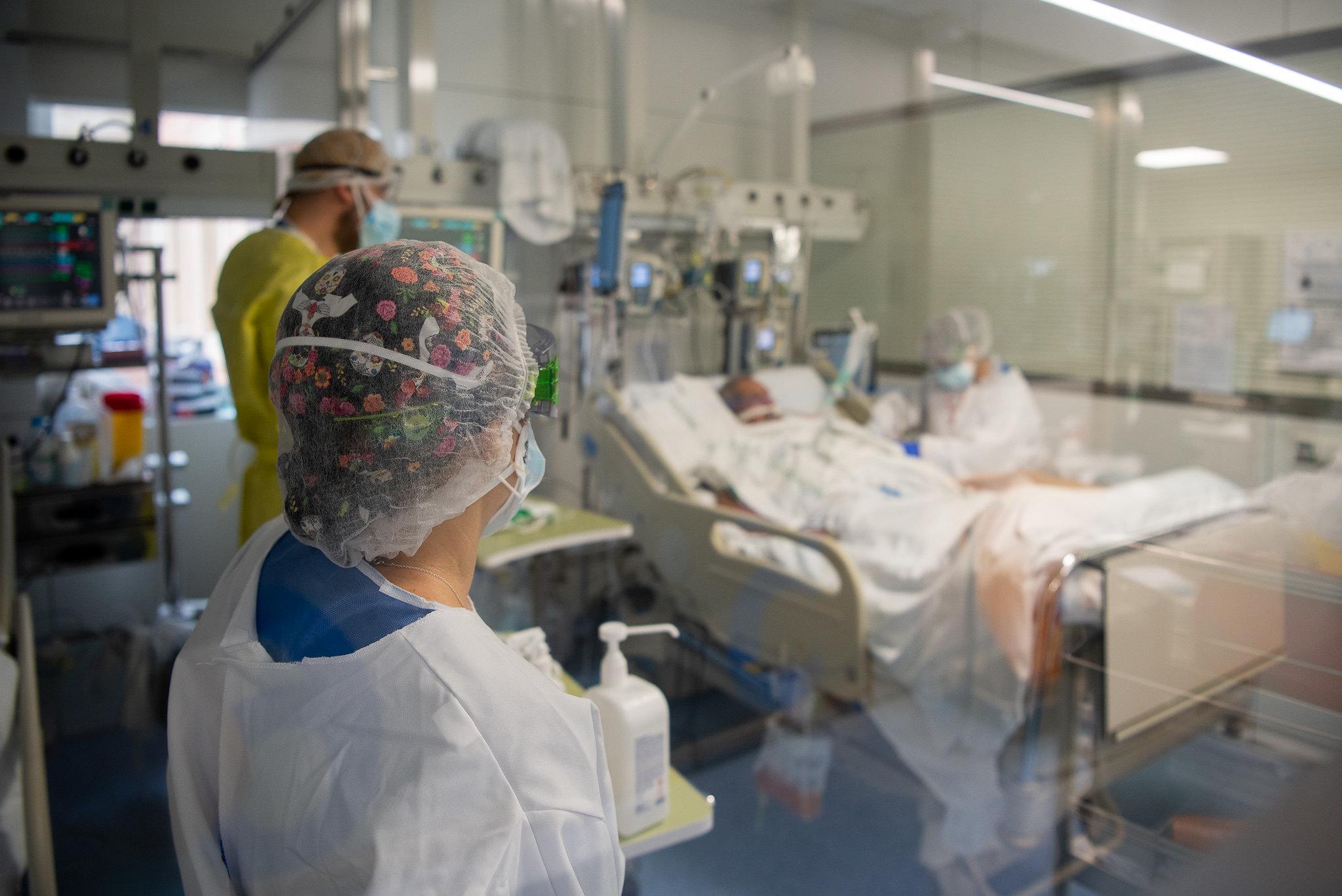 Un pacient del Clínic a la Unitat de Vigilància Intensiva Respiratòria / Franciso Àvia - Hospital Clínic