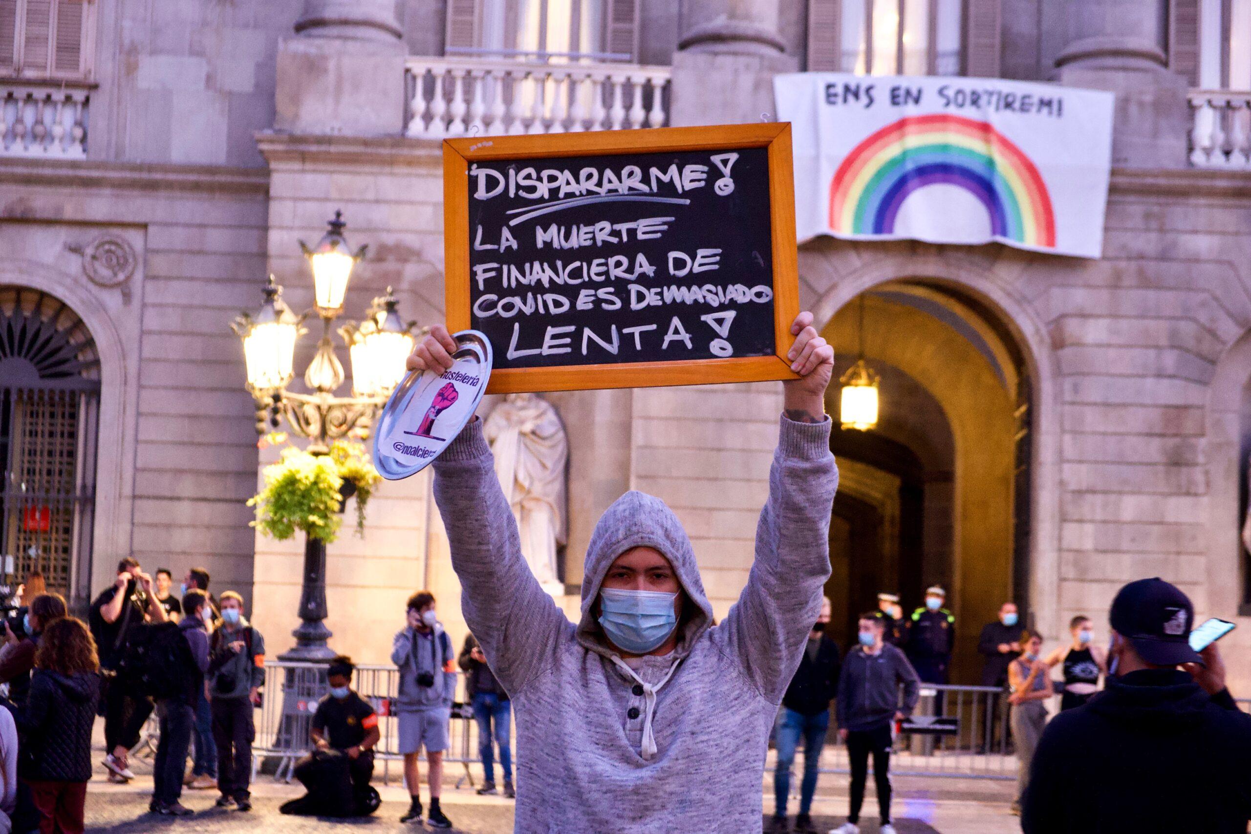 Un dels manifestants a la protesta de plaça Sant Jaume aquest divendres / Jordi Play