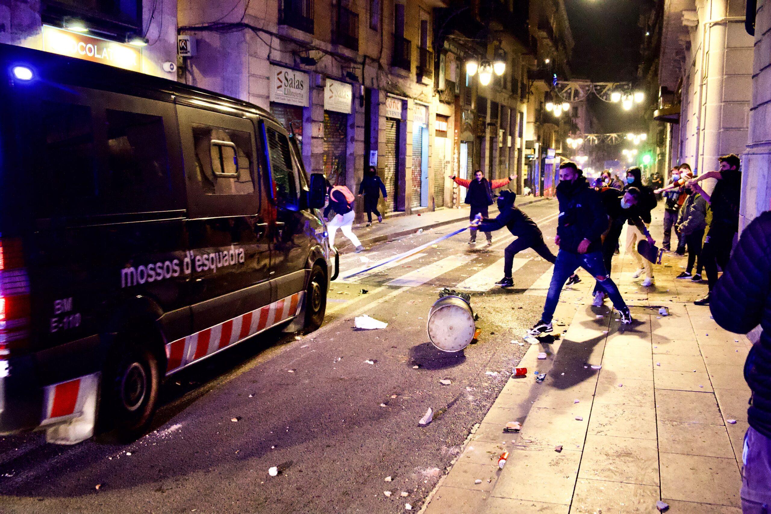 Llançament d'objectes contra una furgoneta policial / Jordi Play