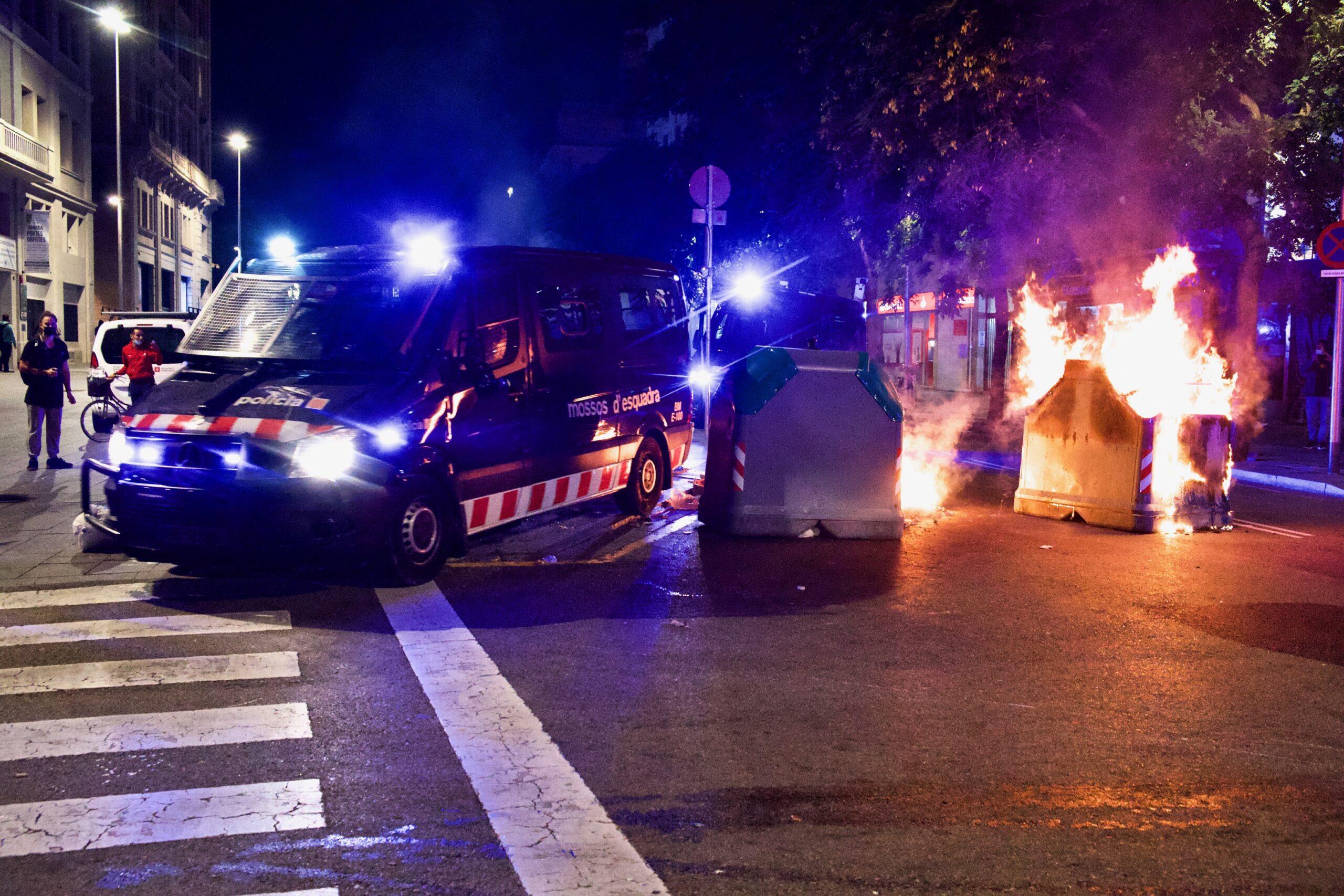 Contenidor cremant a Ciutat Vella després d'una protesta anti-restriccions / Jordi Play