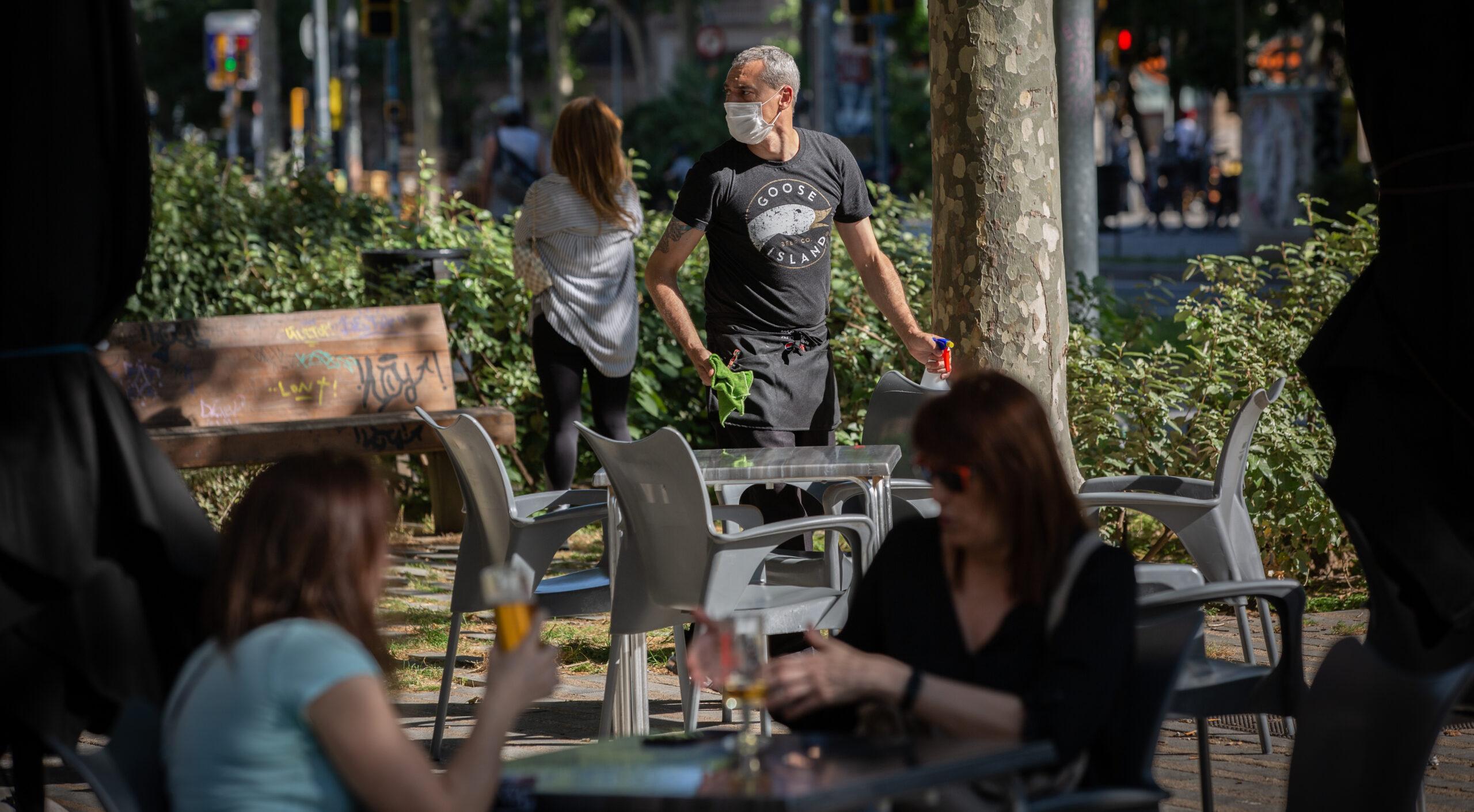 Imatge d'arxiu d'una terrassa barcelonina quan es van reobrir els bars / David Zorrakino (Europa Press)
