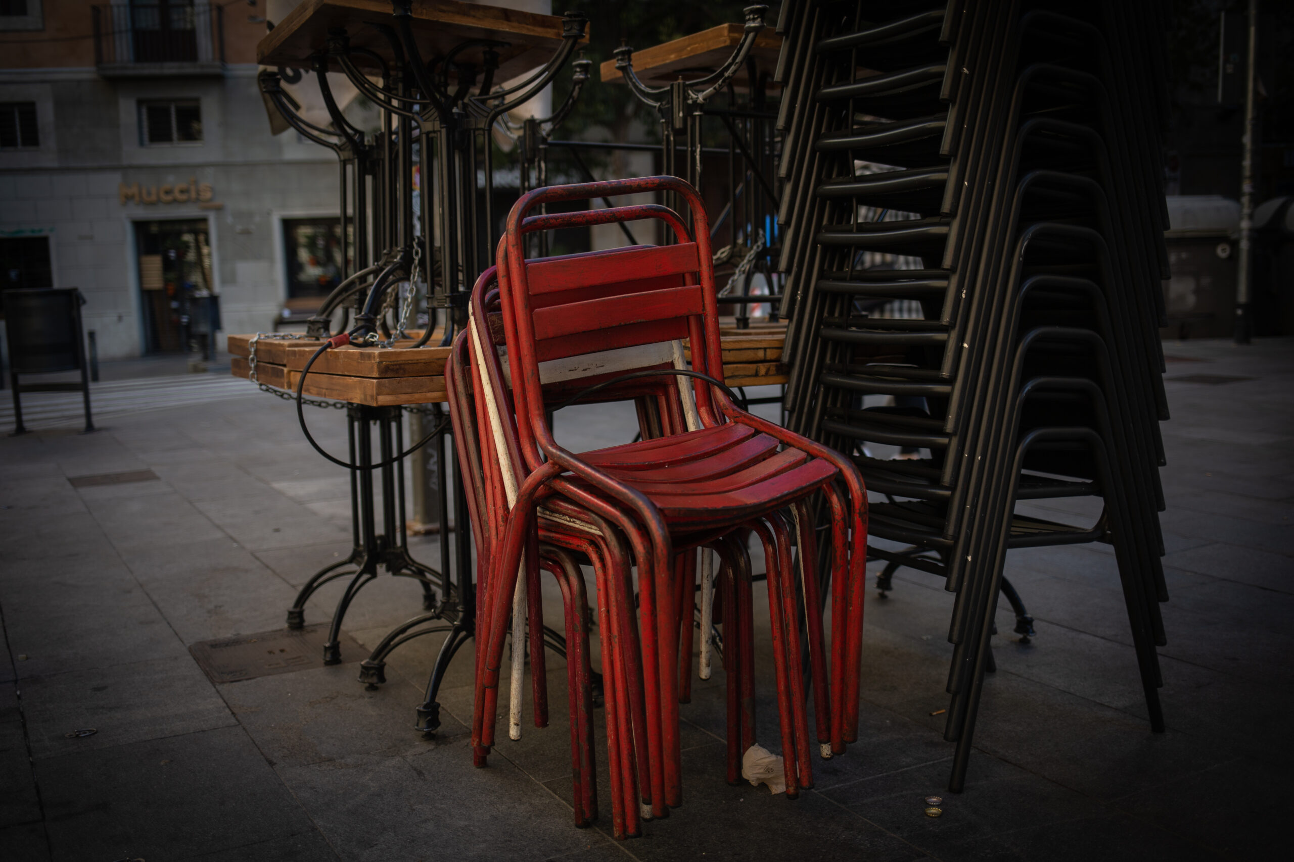 Cadires d'una terrassa recollides després de les noves restriccions / Europa Press