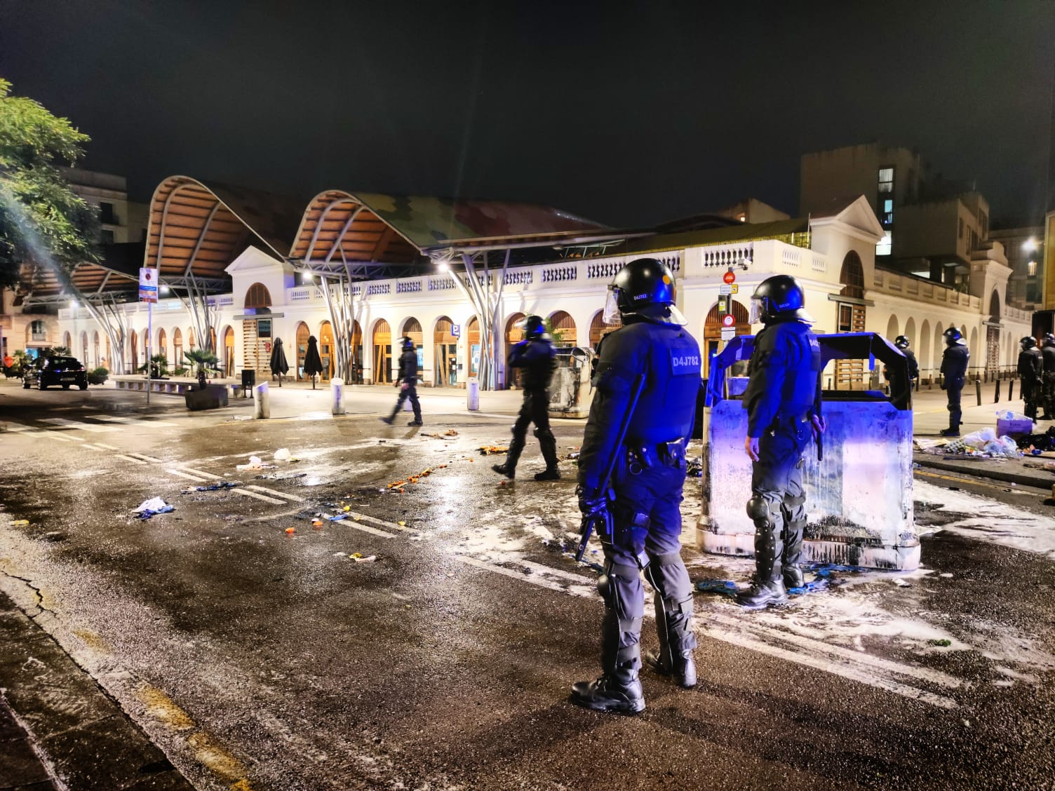 Antidisturbis i un contenidor cremat davant del mercat de Santa Caterina / D.C.