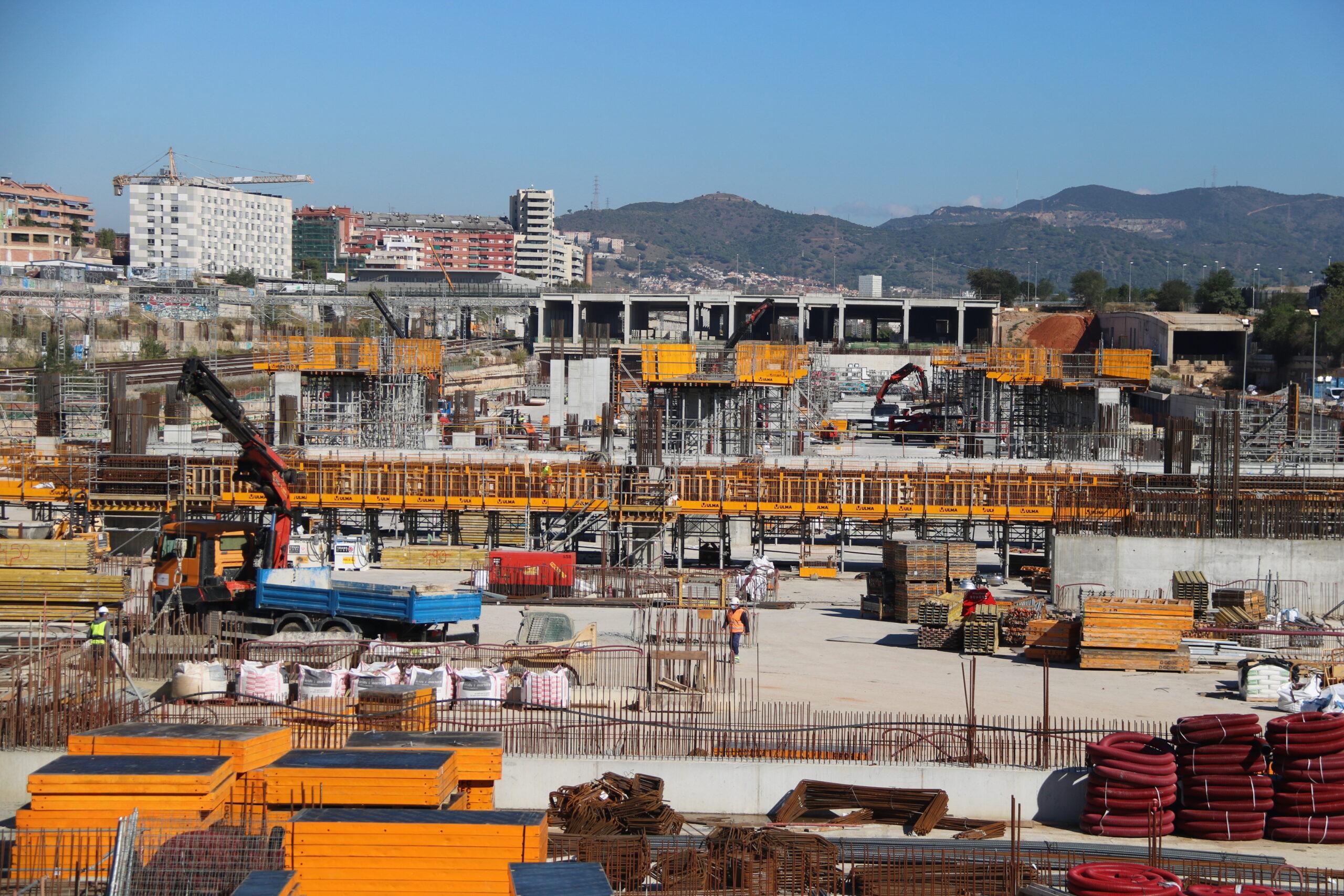 Obres a la nova estació de la Sagrera, amb l'estructura per on passaran els trens d'alta velocitat al fons / ACN - Albert Cadanet