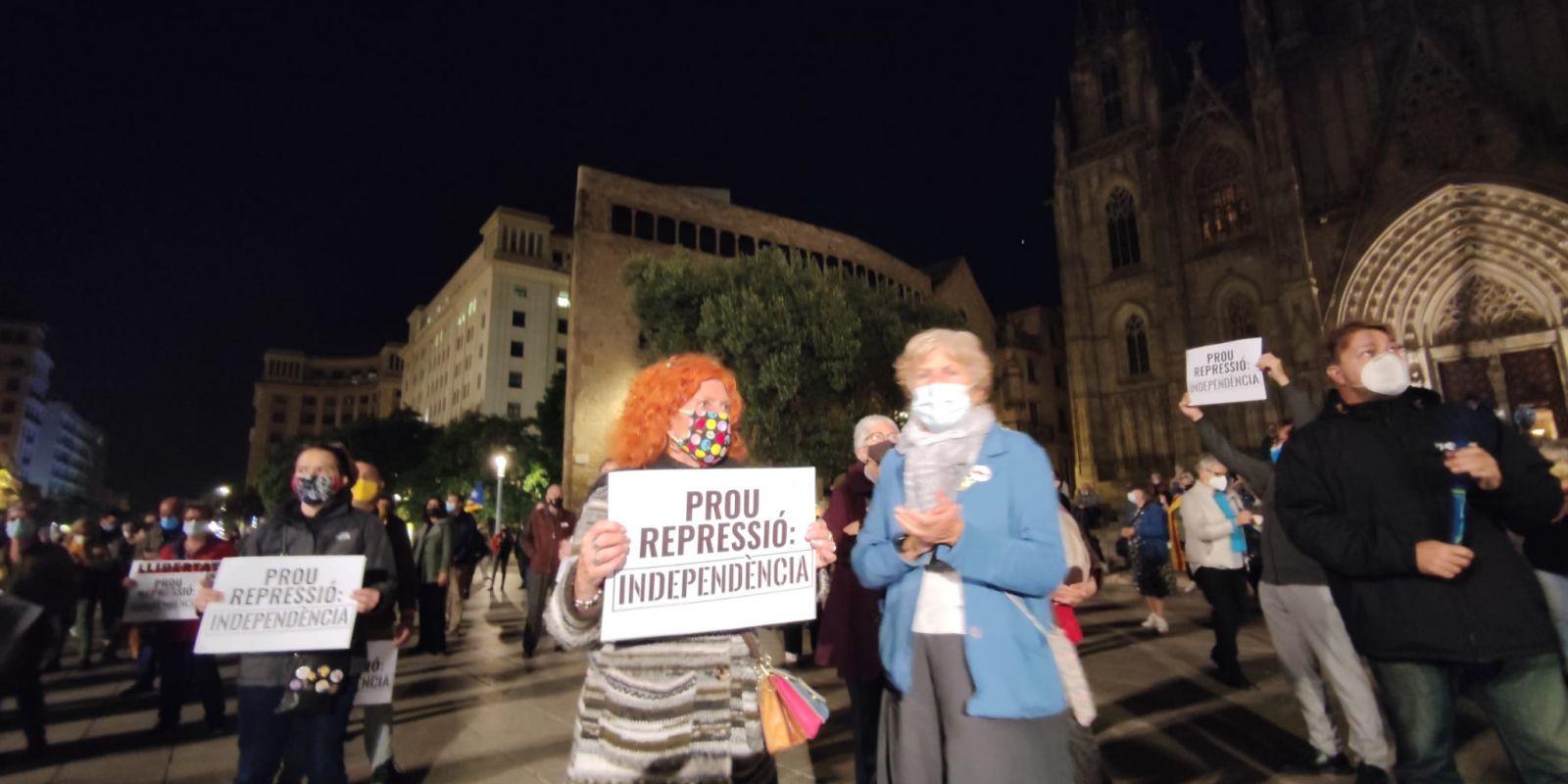 Manifestants davant la catedral de Barcelona contra l'operació Volhov / J.A.G
