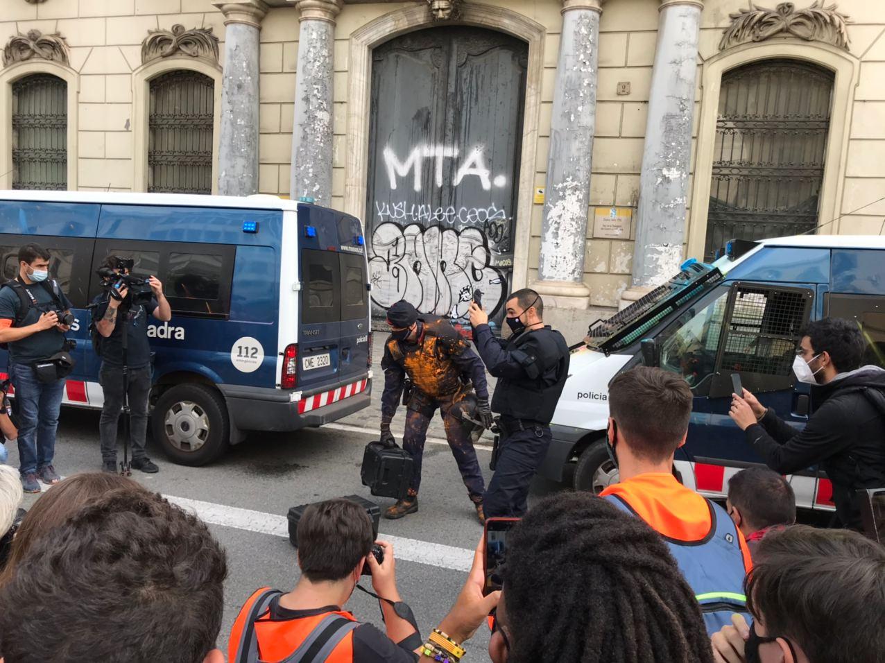 Mosso antiavalots tenyit de taronja i encerclat pels manifestants / Quico Sallés