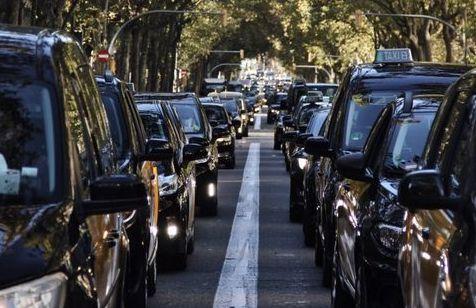 Marxa lenta de taxistes l'endemà del primer toc de queda / Cedida - Saskia Morta