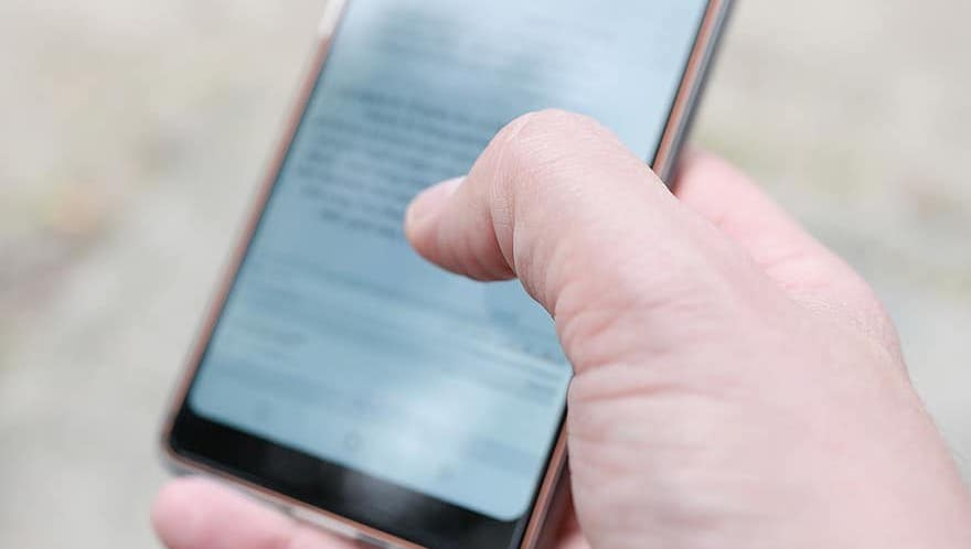Imatge d'arxiu d'una persona utilitzant un mòbil / Pikist
