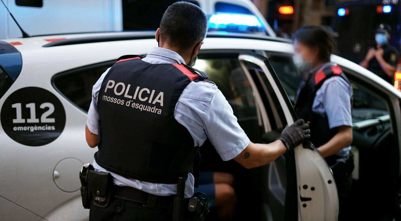 Imatge d'arxiu dels Mossos fent entrar un detingut al cotxe policial / Mossos d'Esquadra