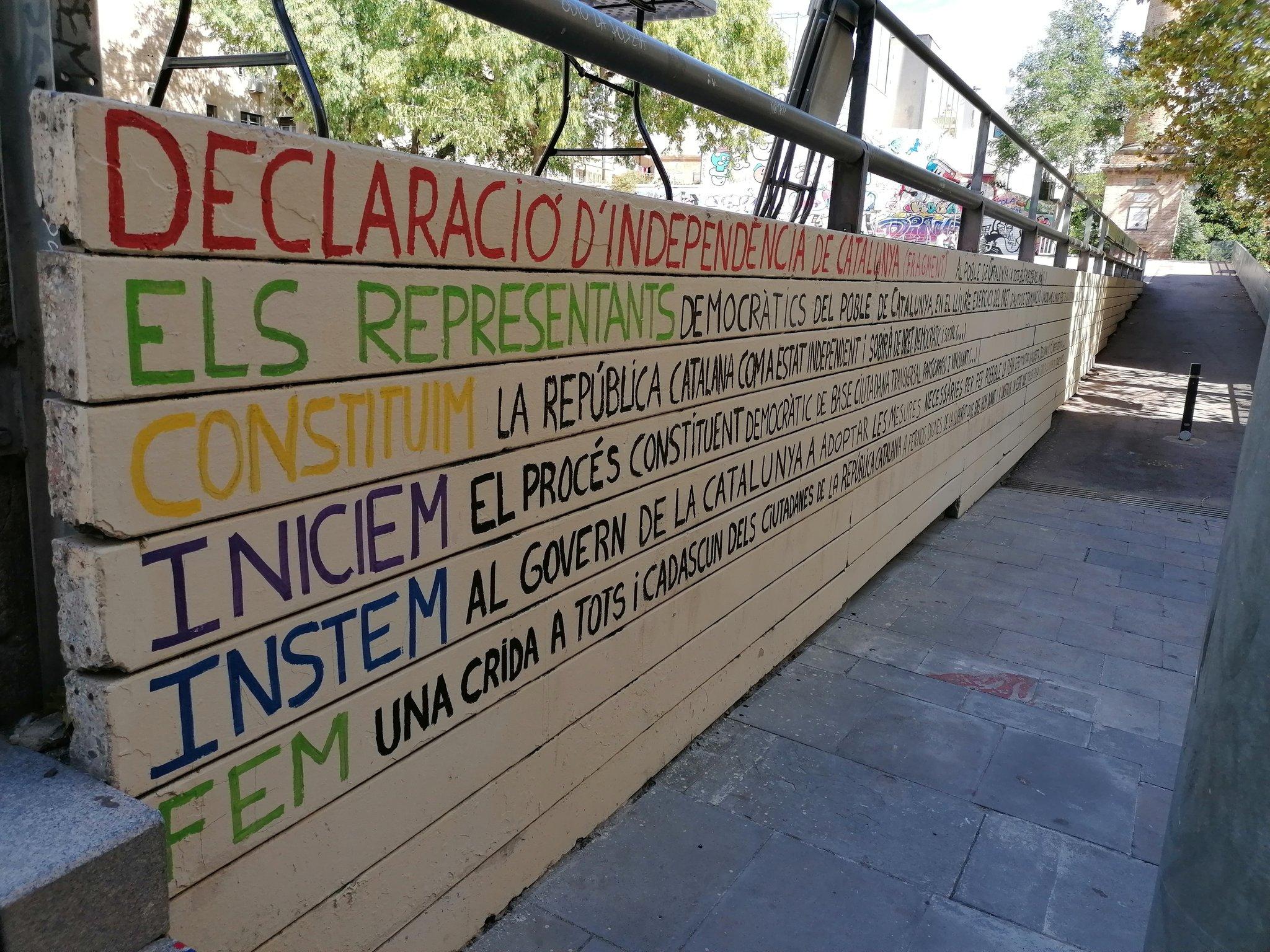 El mur pintat pels activistes d'Acció Siracusa a la plaça del Poble Romaní / ACN