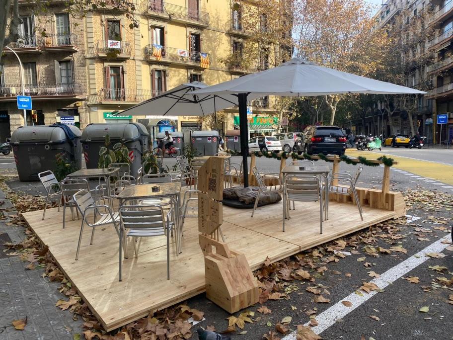Un nou element urbà consistent en una tarima de fusta acull una terrassa / Ajuntament de Barcelona