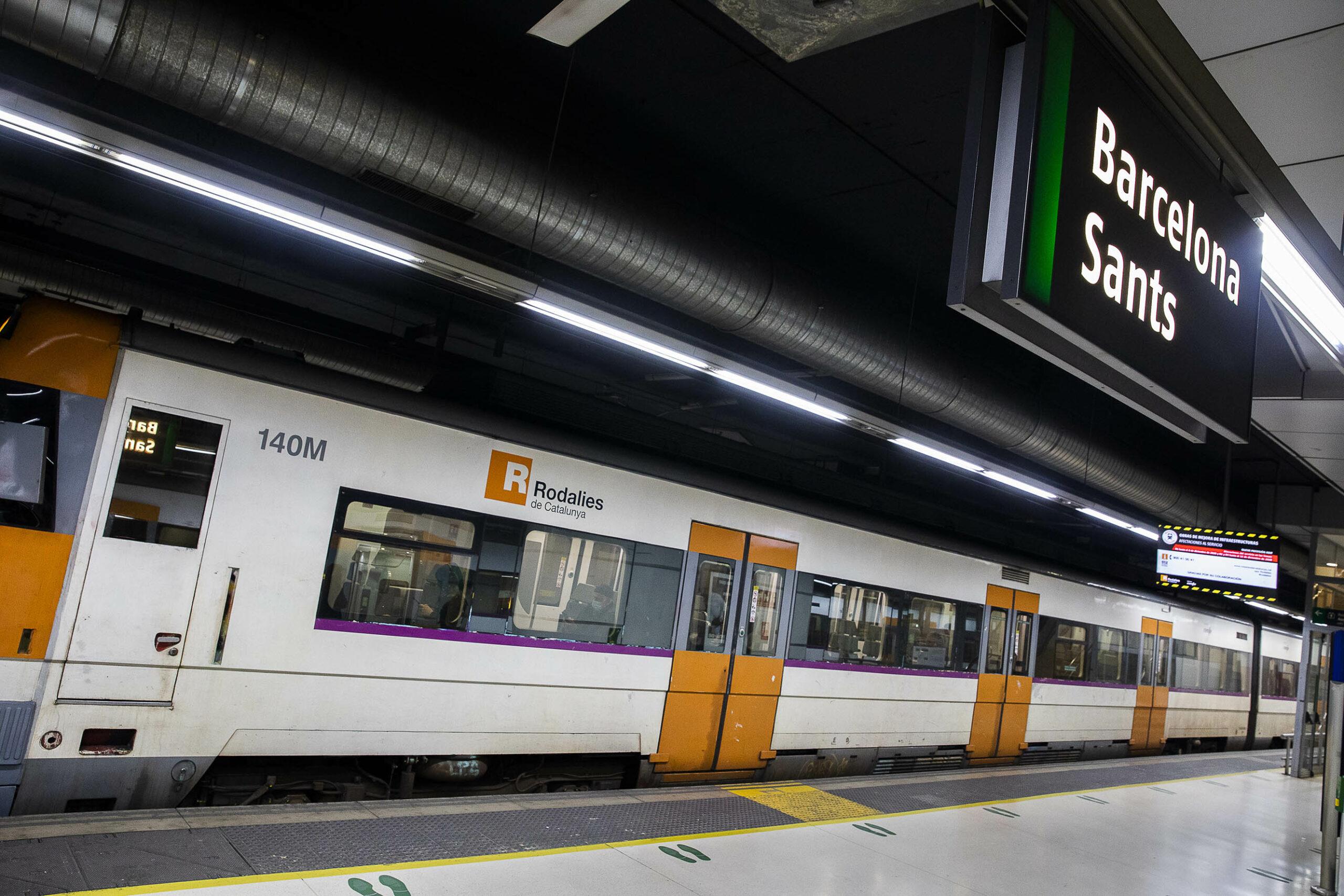 Un tren de Rodalies estacionat a Sants Estació / Jordi Play