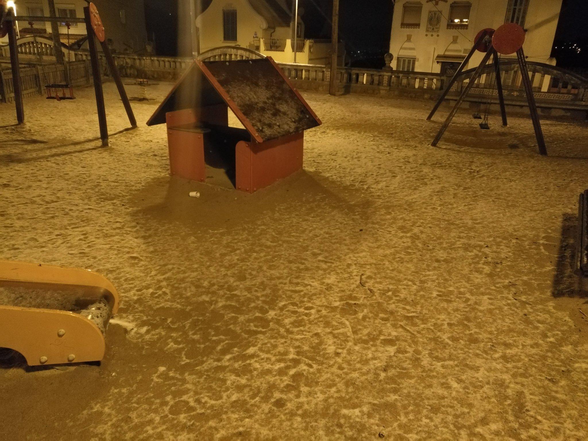 La neu no ha quallat molta estona perquè les temperatures no eren prou baixes / Carles Garcia