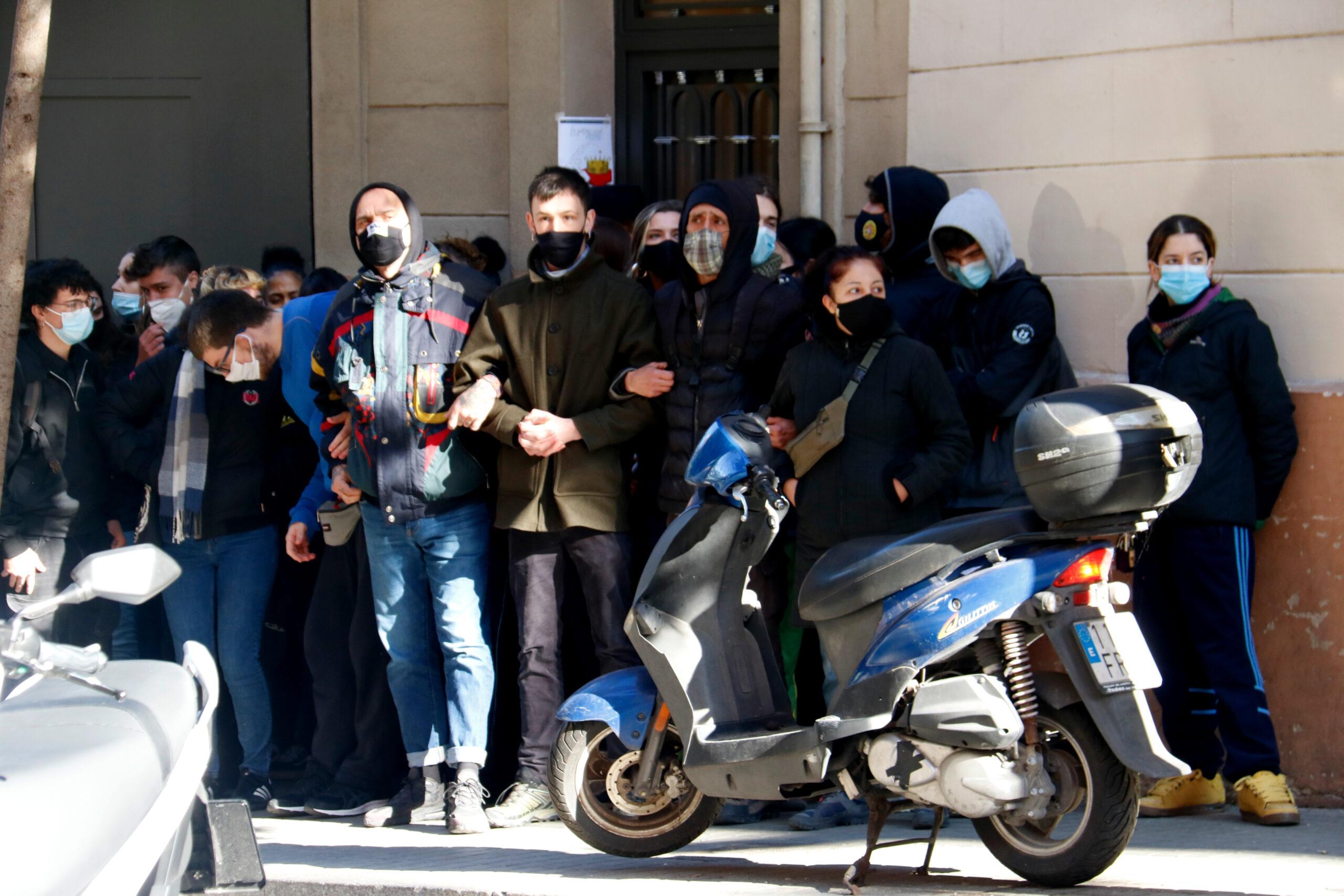 Imatge d'arxiu d'un grup de persones agafades dels braços per impedir un desnonament / ACN