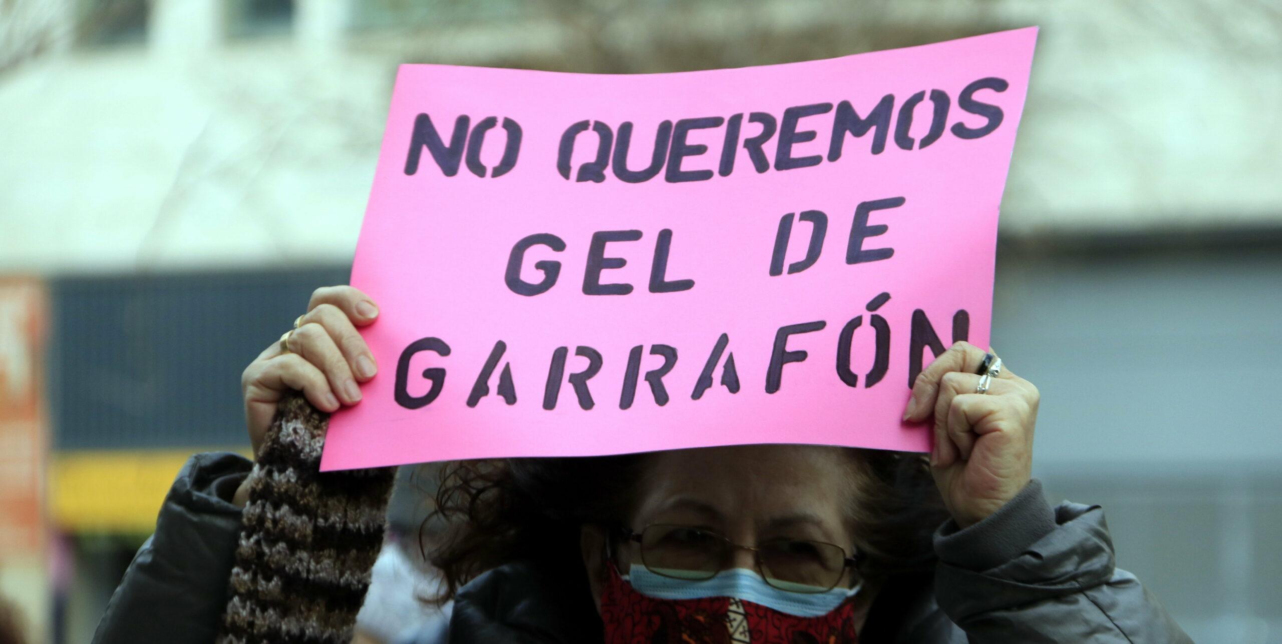 Una de les treballadores del servei municipal externalitzat, durant la protesta / Laura Fíguls (ACN)