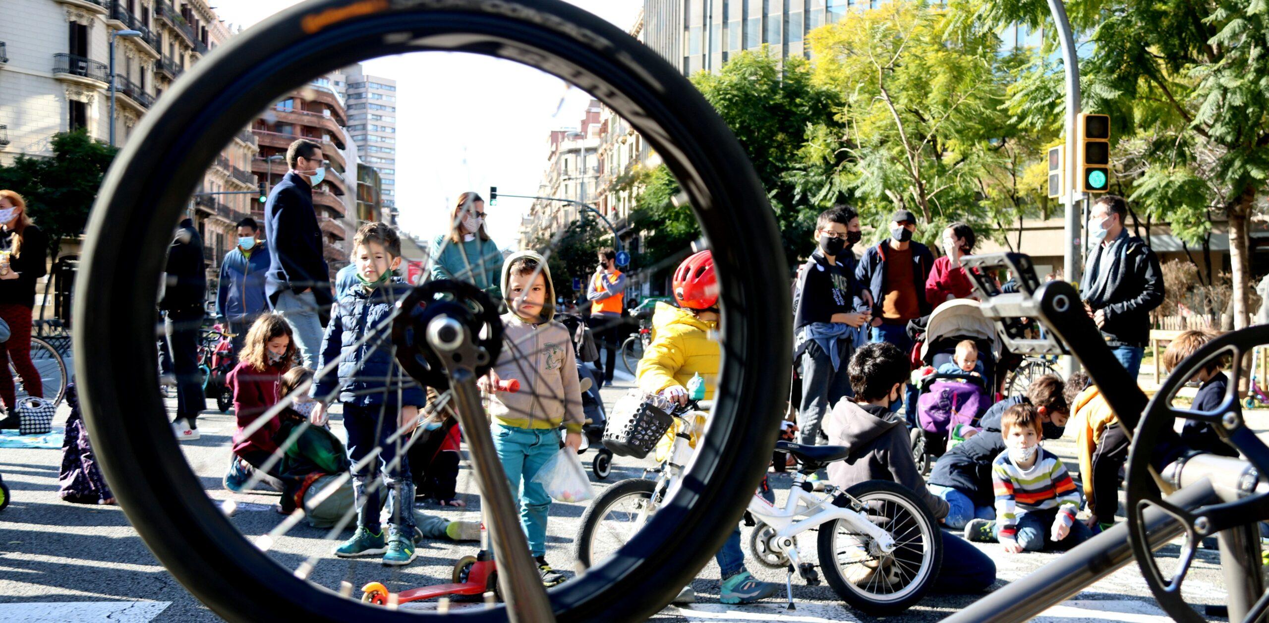 Veïns i entitats tallen el carrer Aragó per reclamar menys contaminació i més espai per passejar / Carola López (ACN)