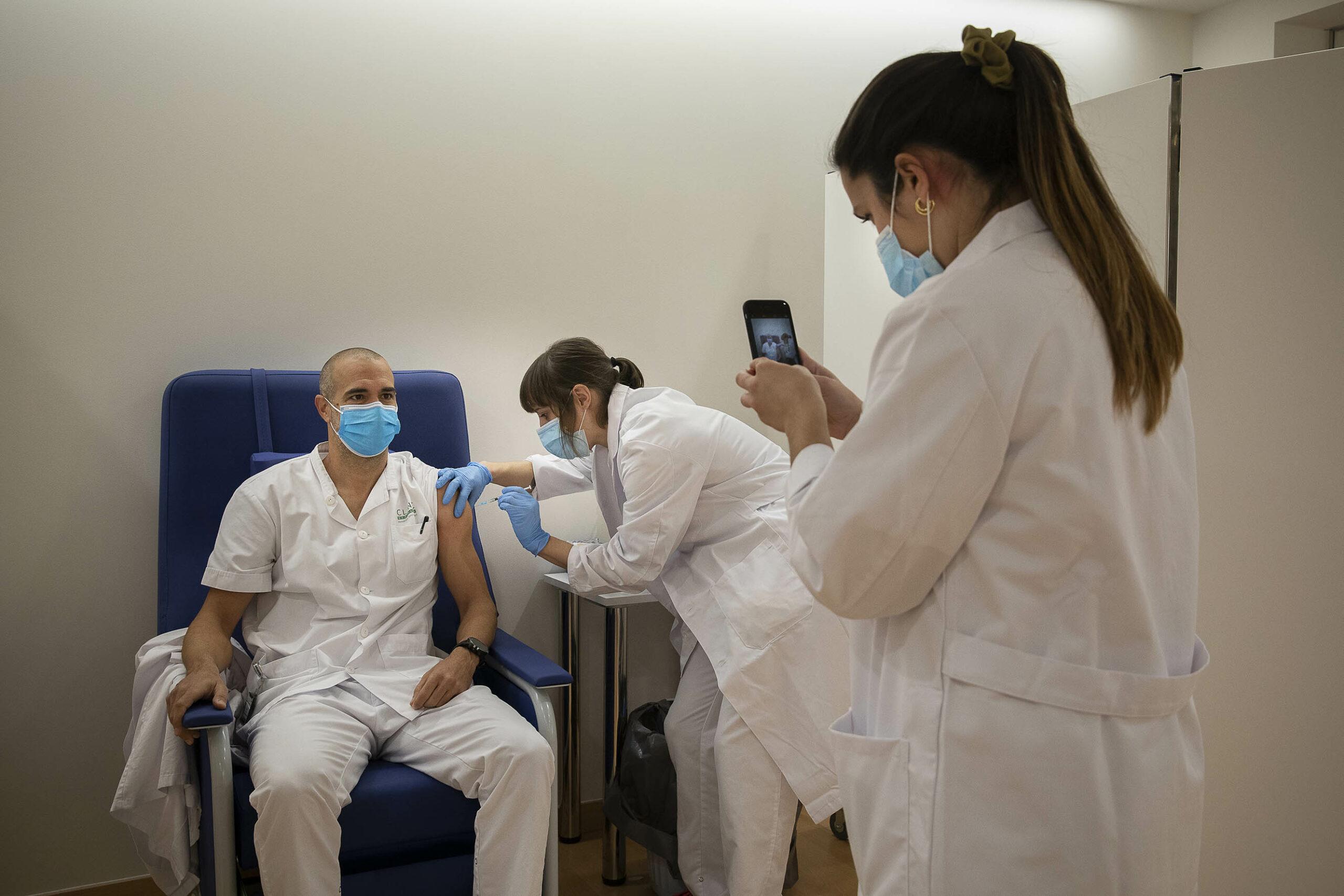 Personal sanitari de l'Hospital Clínic reb la primera dosi de la vacuna de Pfizer BioNTech /  Jordi Play